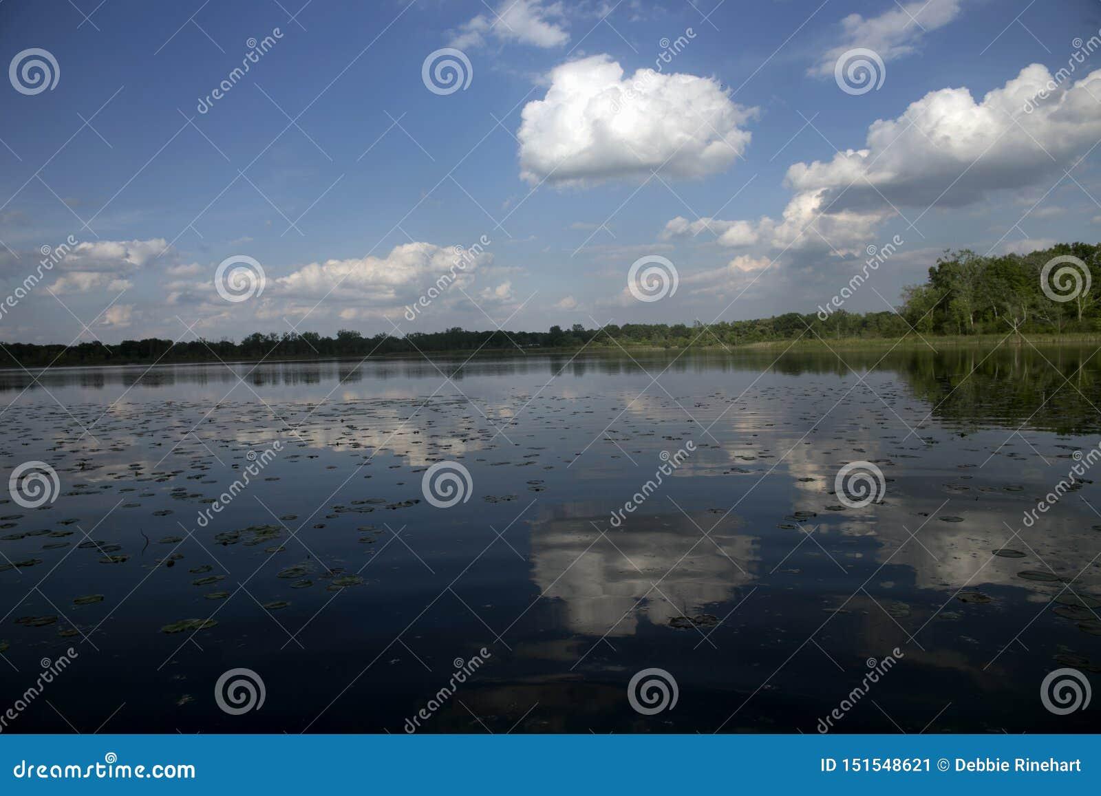 Sommarreflexion av moln i en sjö i Michigan
