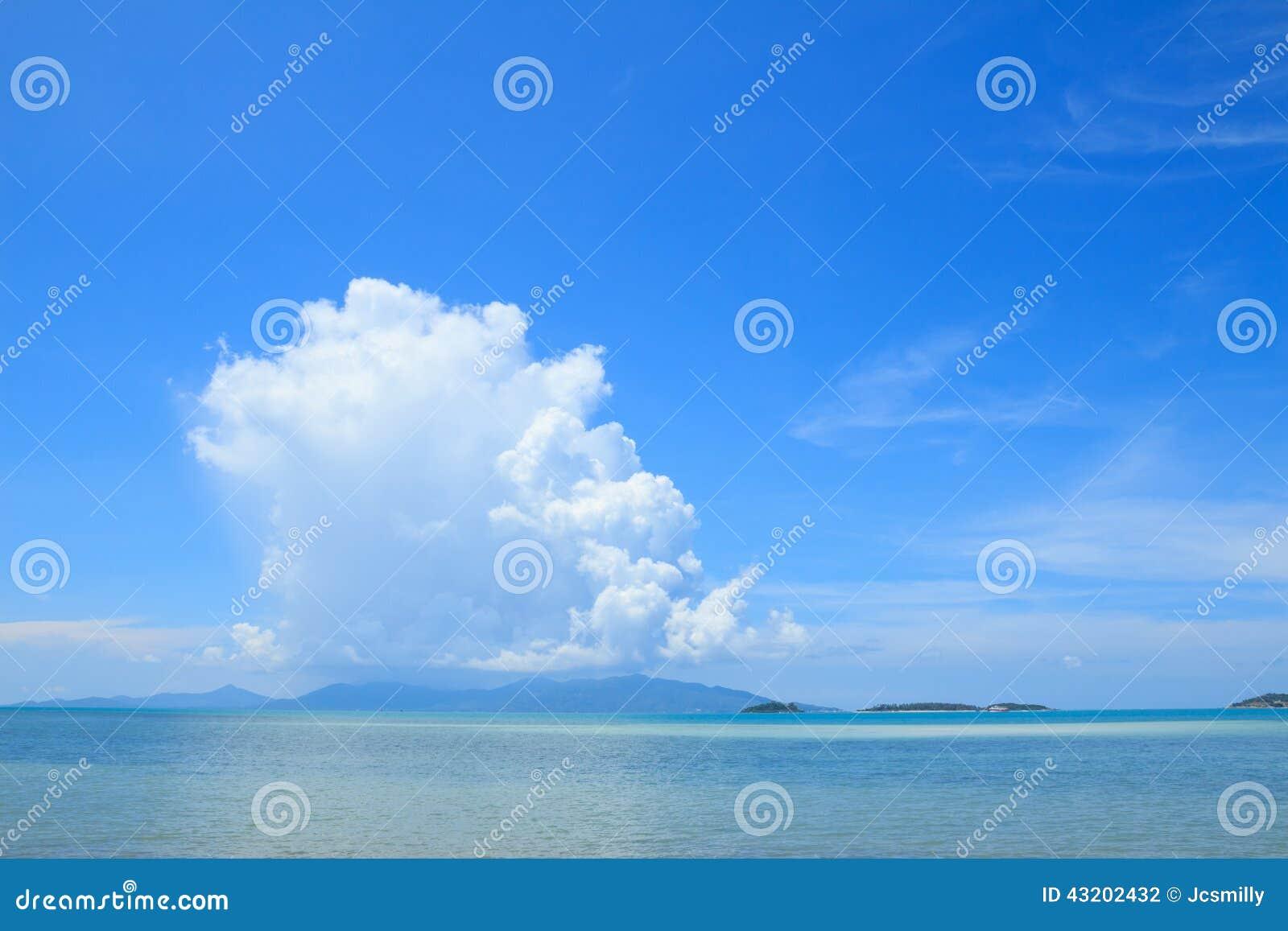 Download Sommarseascape Med Bakgrund För Blå Himmel Arkivfoto - Bild av clear, flotta: 43202432