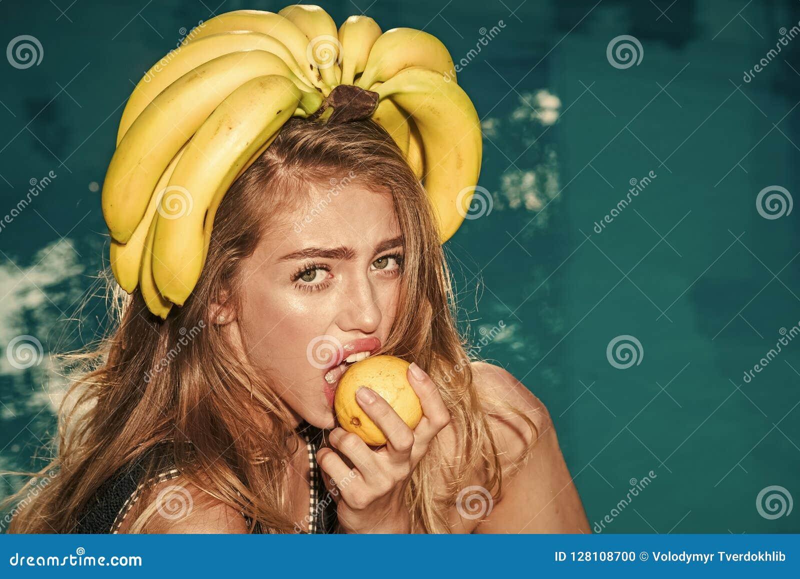 Sommarsemester och lopp till havet Sexig kvinna med tropisk frukt i pöl Vitamin i banan på near vatten för flicka