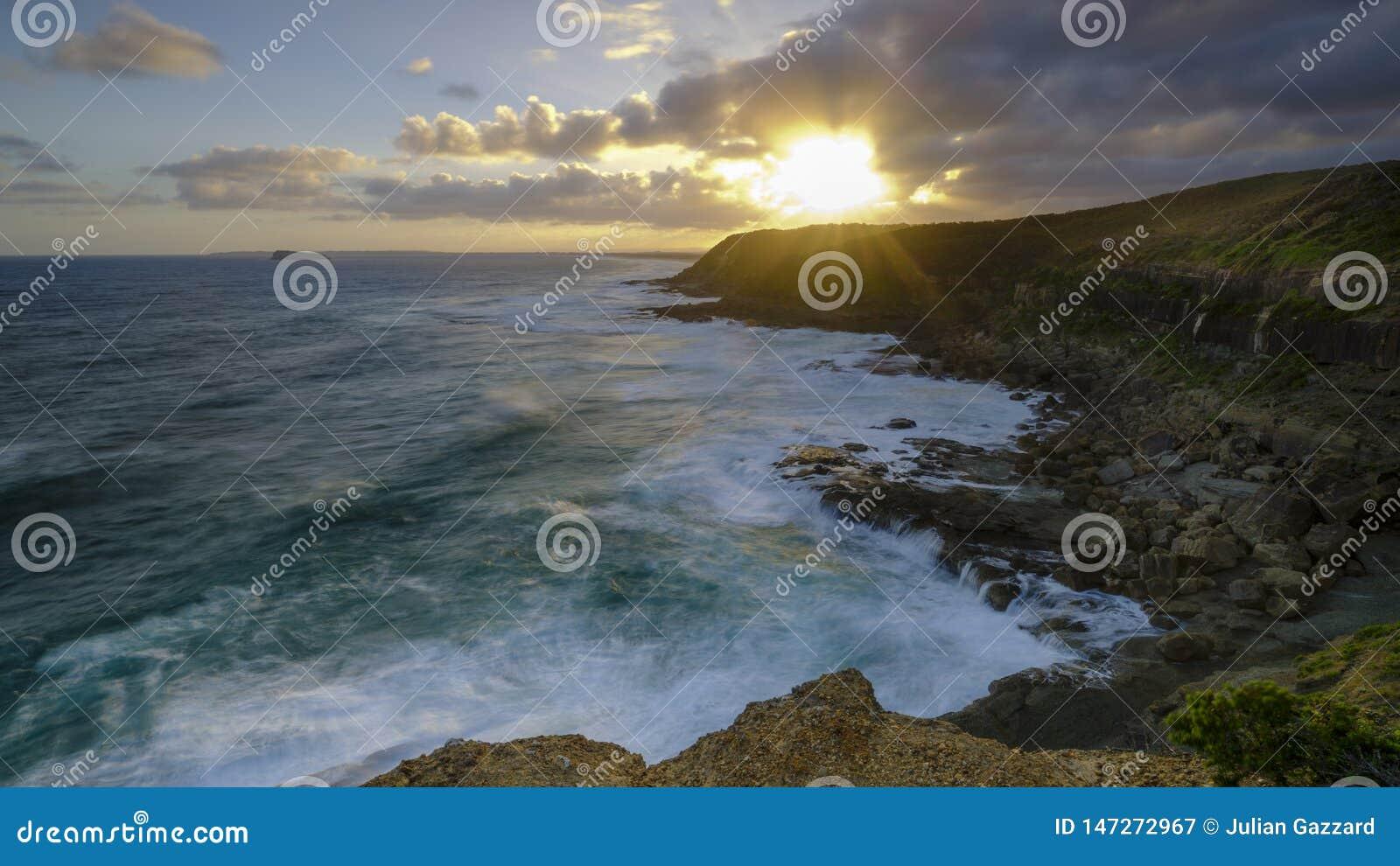 Sommarsolnedg?ng fr?n det Wybung huvudet i den Munmorrah tillst?ndsnaturv?rdsomr?det, central kust, NSW, Australien