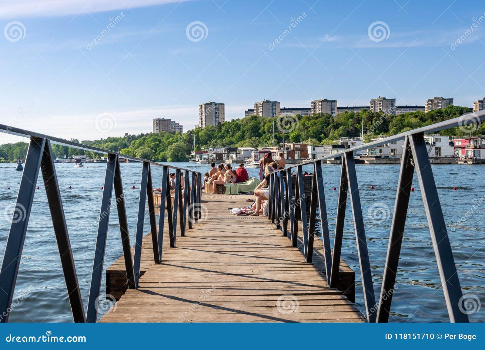 Sommarstad, folk som badar och kopplar av