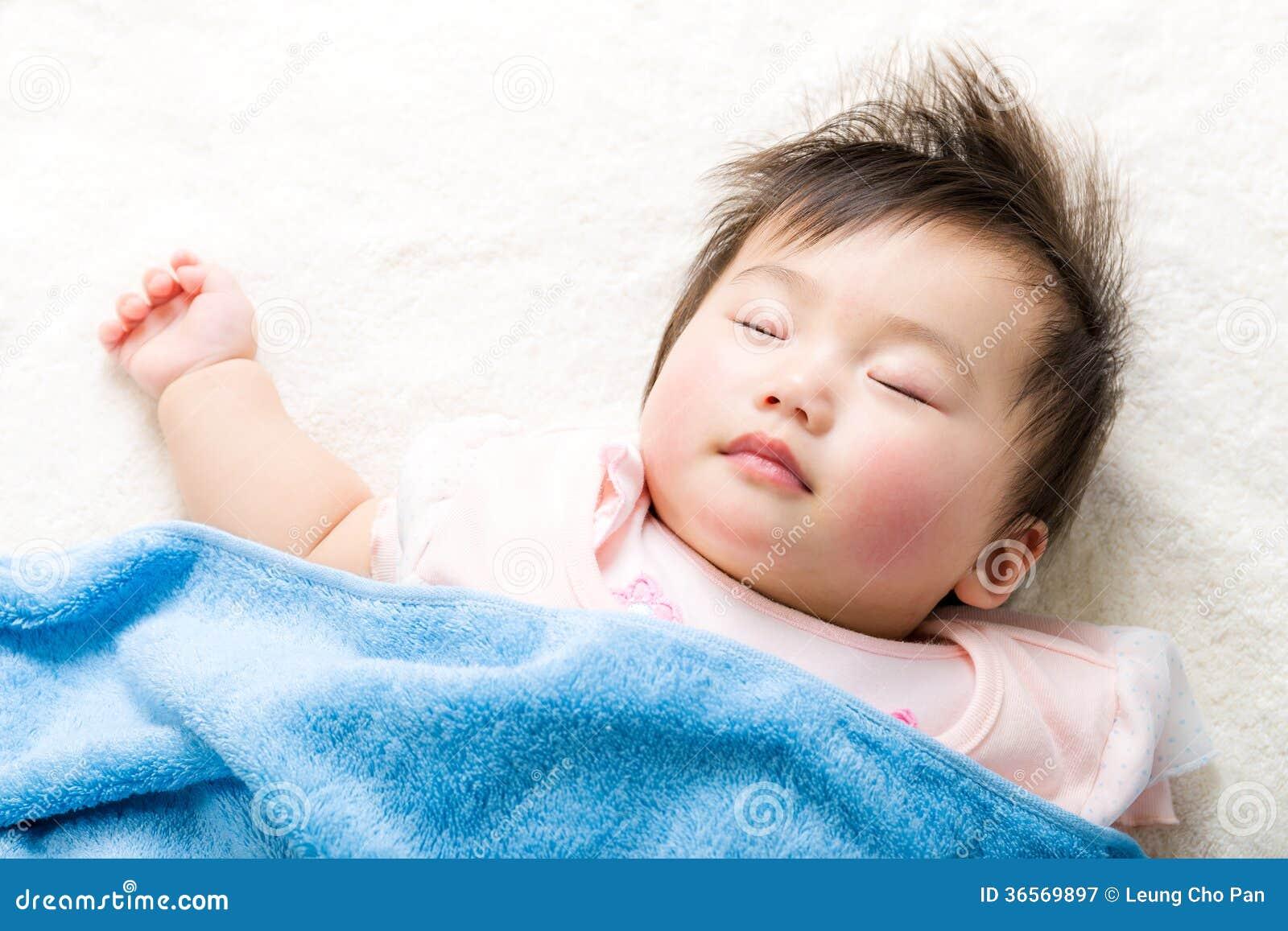 Sommeil asiatique de bébé
