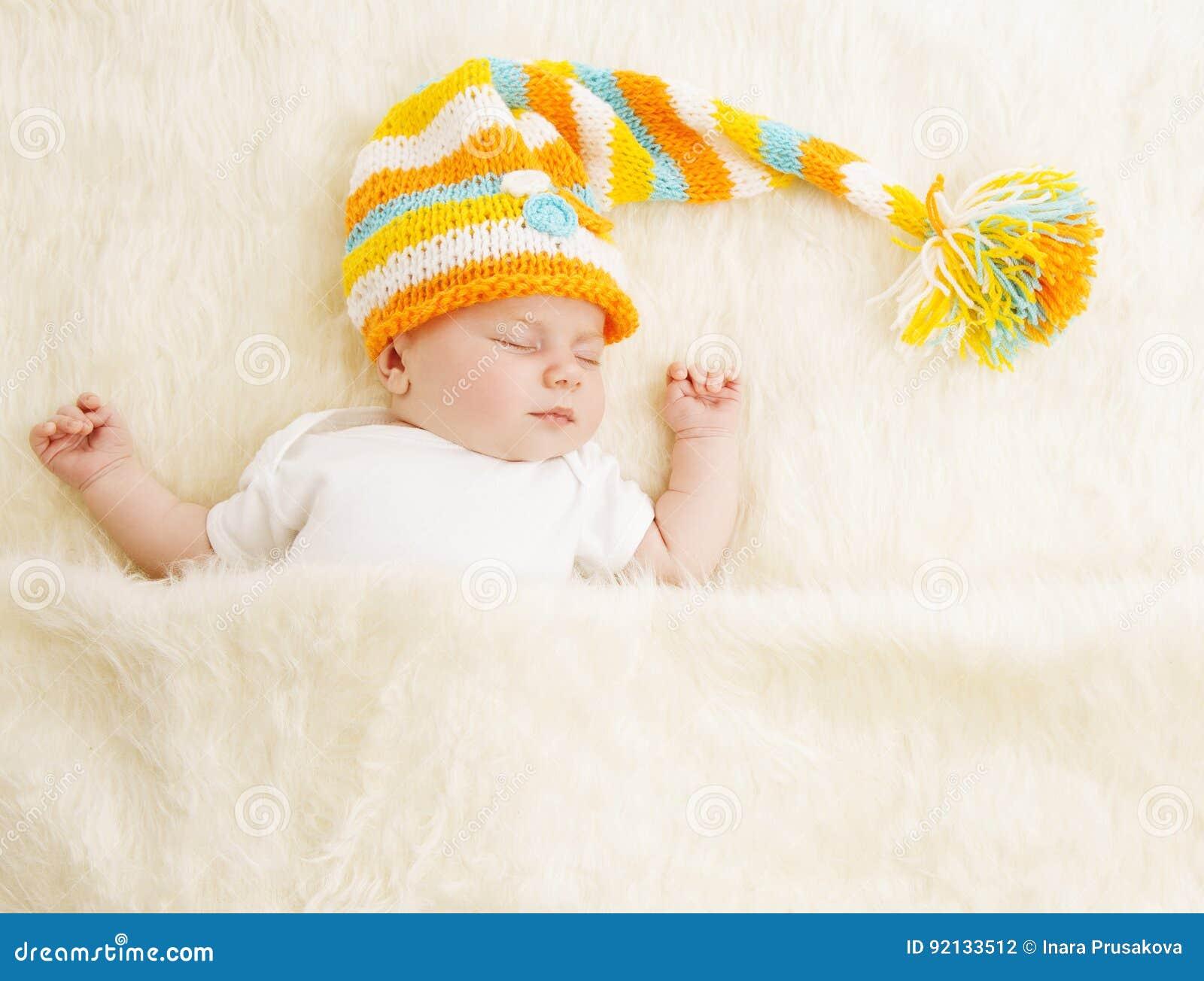 Sommeil de bébé dans le chapeau, enfant nouveau-né de sommeil dans le lit, nouveau-né endormi
