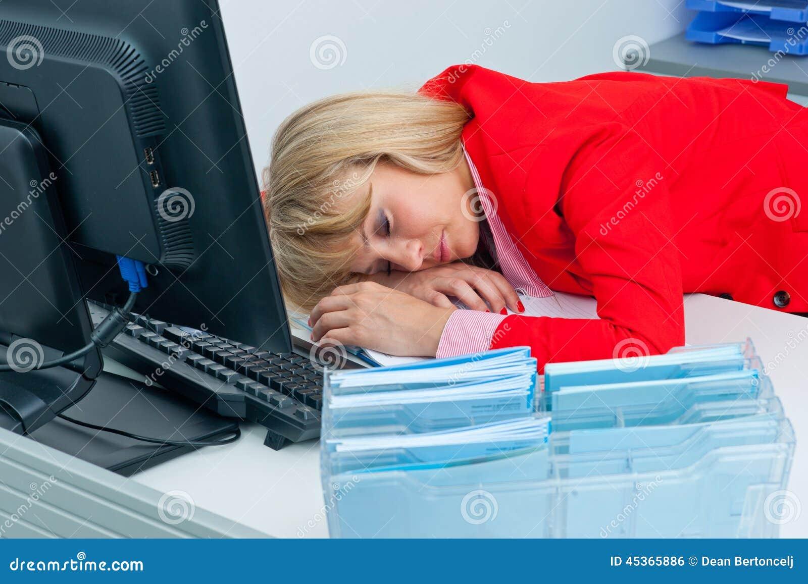 Sommeil de femme d affaires sur le bureau