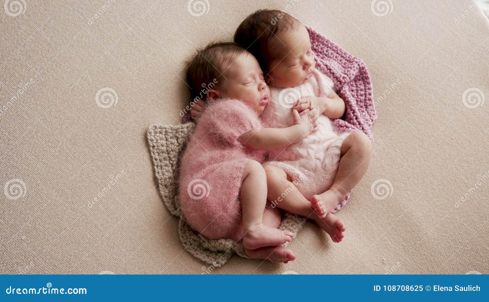 Sommeil nouveau-né de deux jumeaux