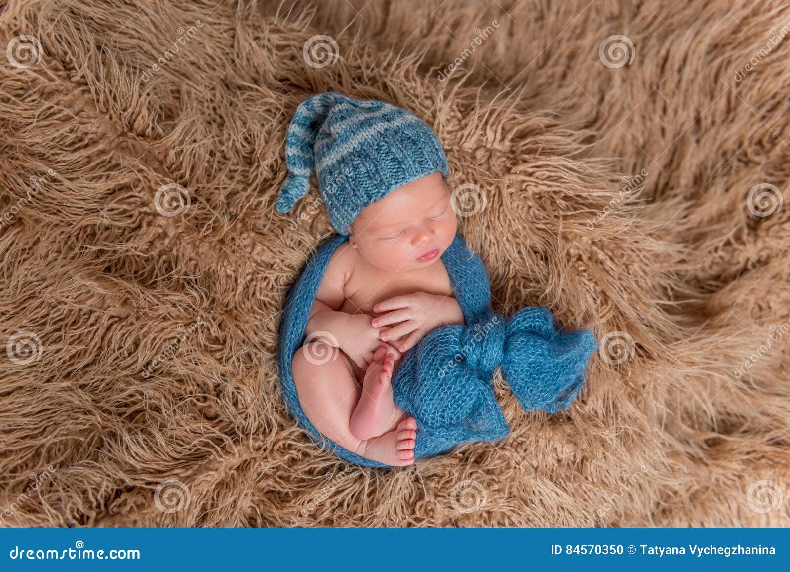 Sommeil nouveau-né sur une couverture, topview