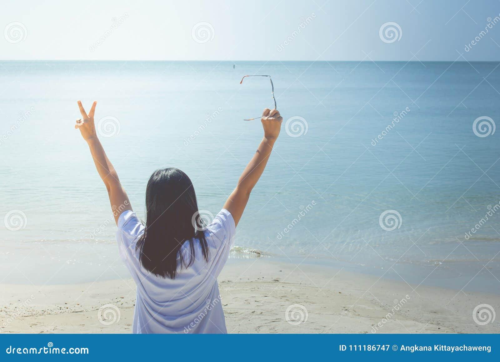 Sommer-Ferien und Feiertags-Konzept: Glückliche Familientagesreise in dem Meer, Frauenstellung entspannen sich auf Sandstrand