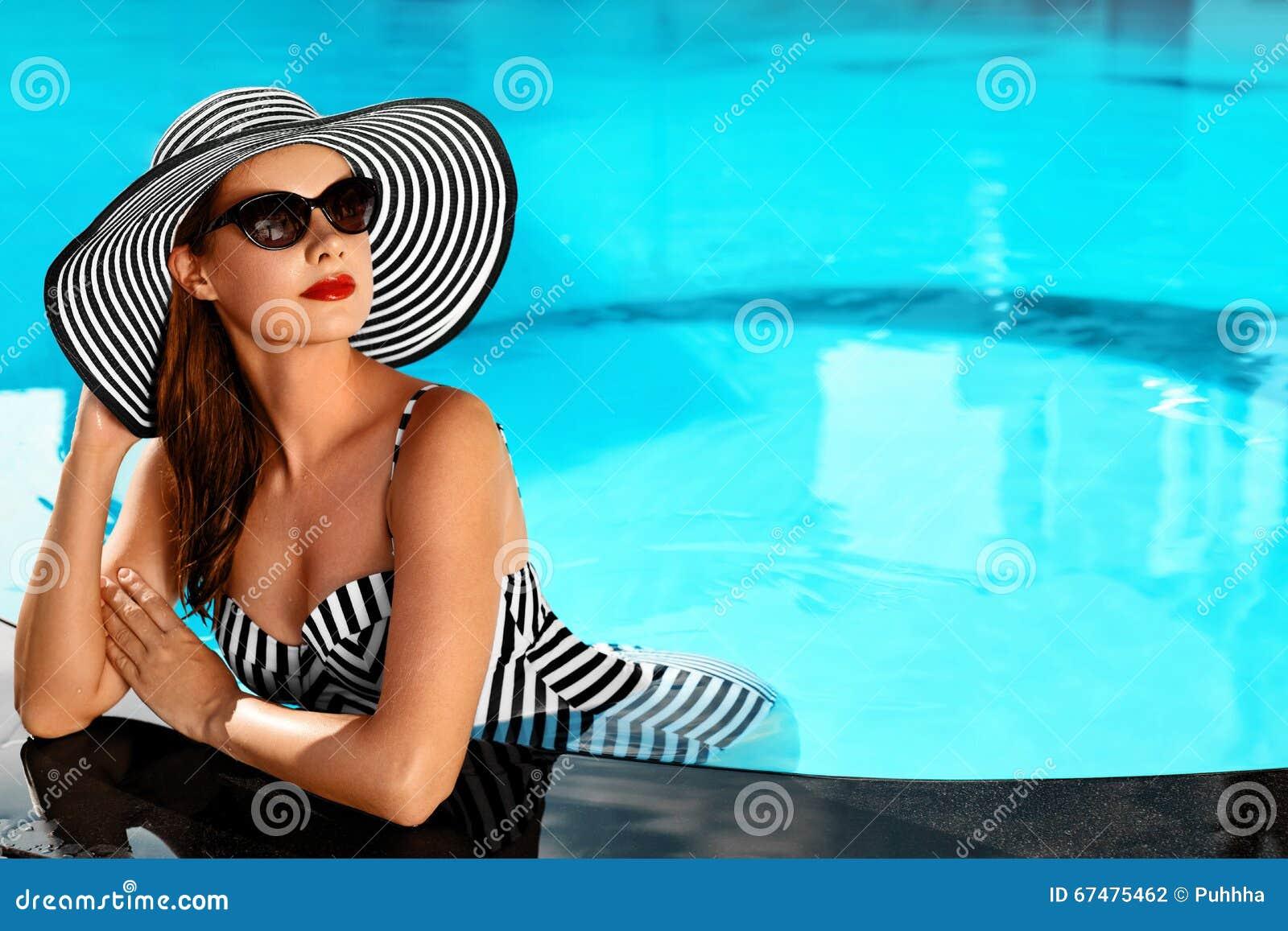 Sommer-Frauen-Schönheit, Mode Gesunde Frau im Swimmingpool Re