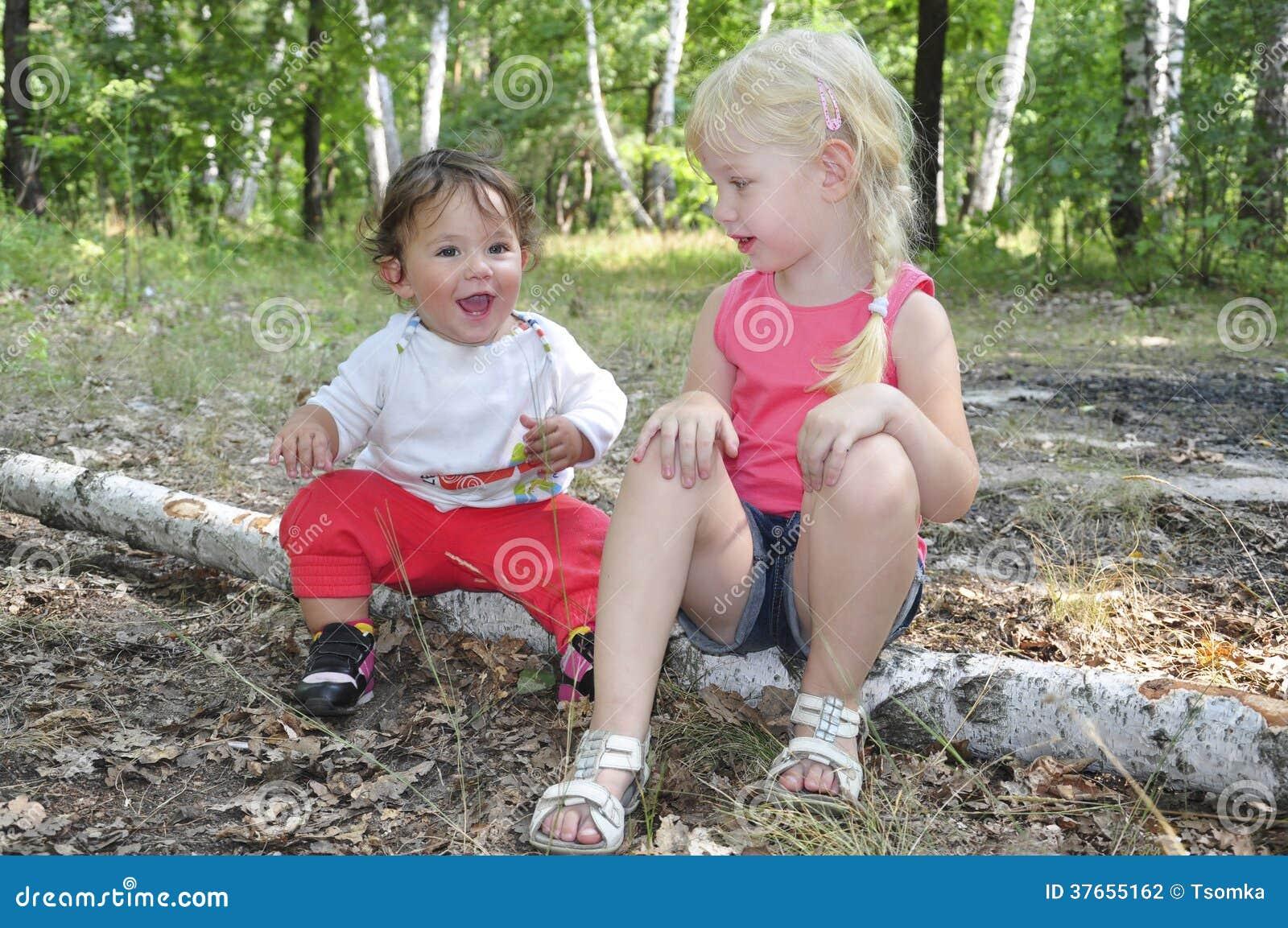 Sommer im wald auf birkenklotz sitzt zwei kleine - Kleines kinderzimmer fa r zwei ...