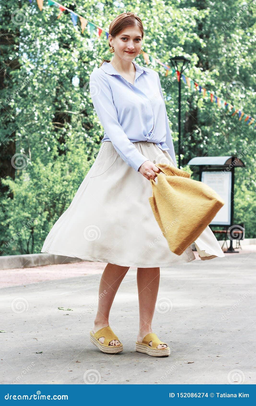 sommer-mode-ausstattung mädchen im kleid, in den gelben