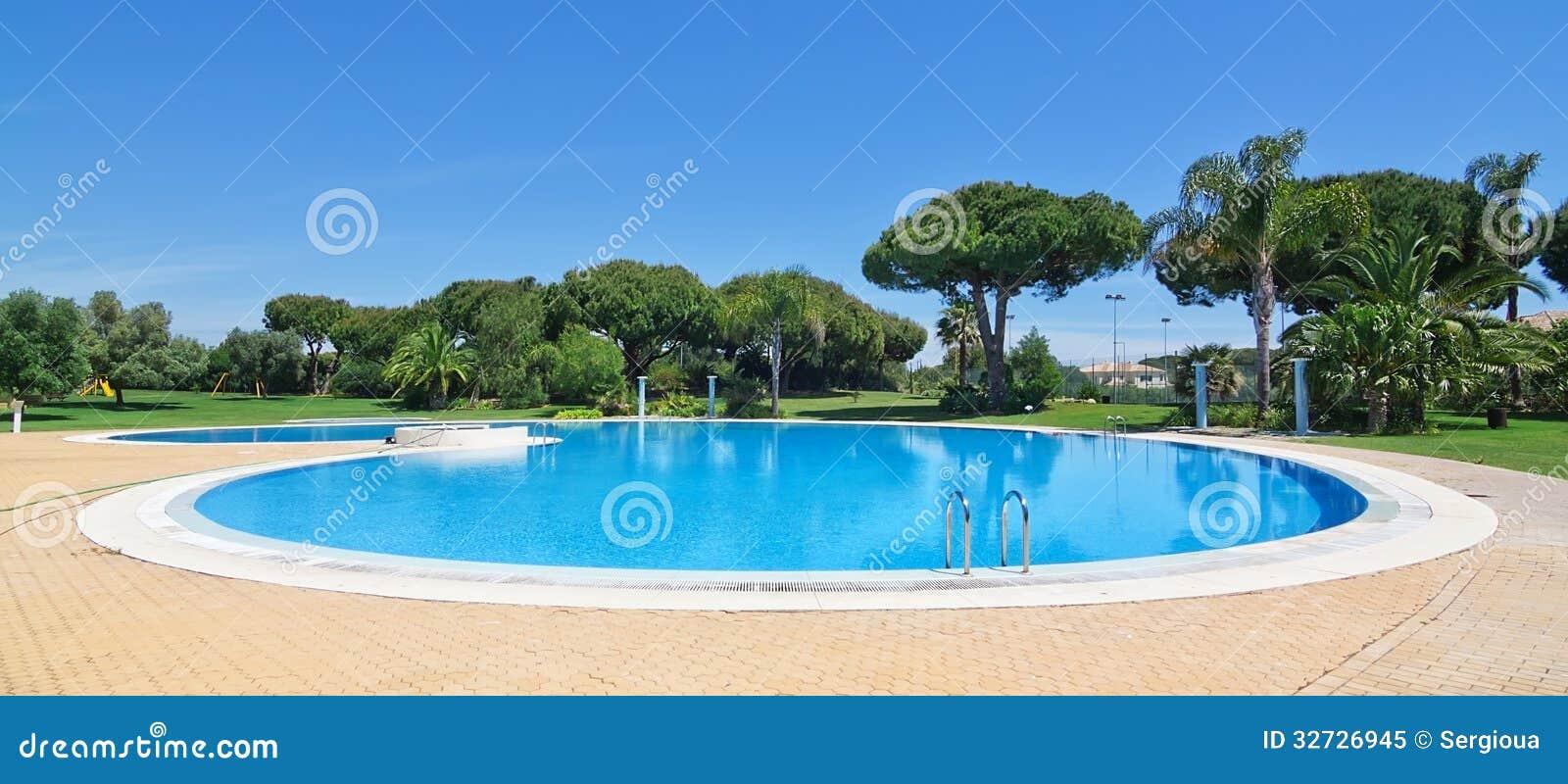 Sommer runder swimmingpool im freien stockbild bild for Swimmingpool im angebot