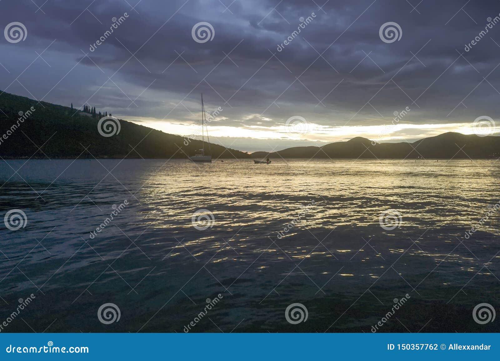 Sommer-Sonnenuntergang-Segelboote und Yachten im Jachthafen