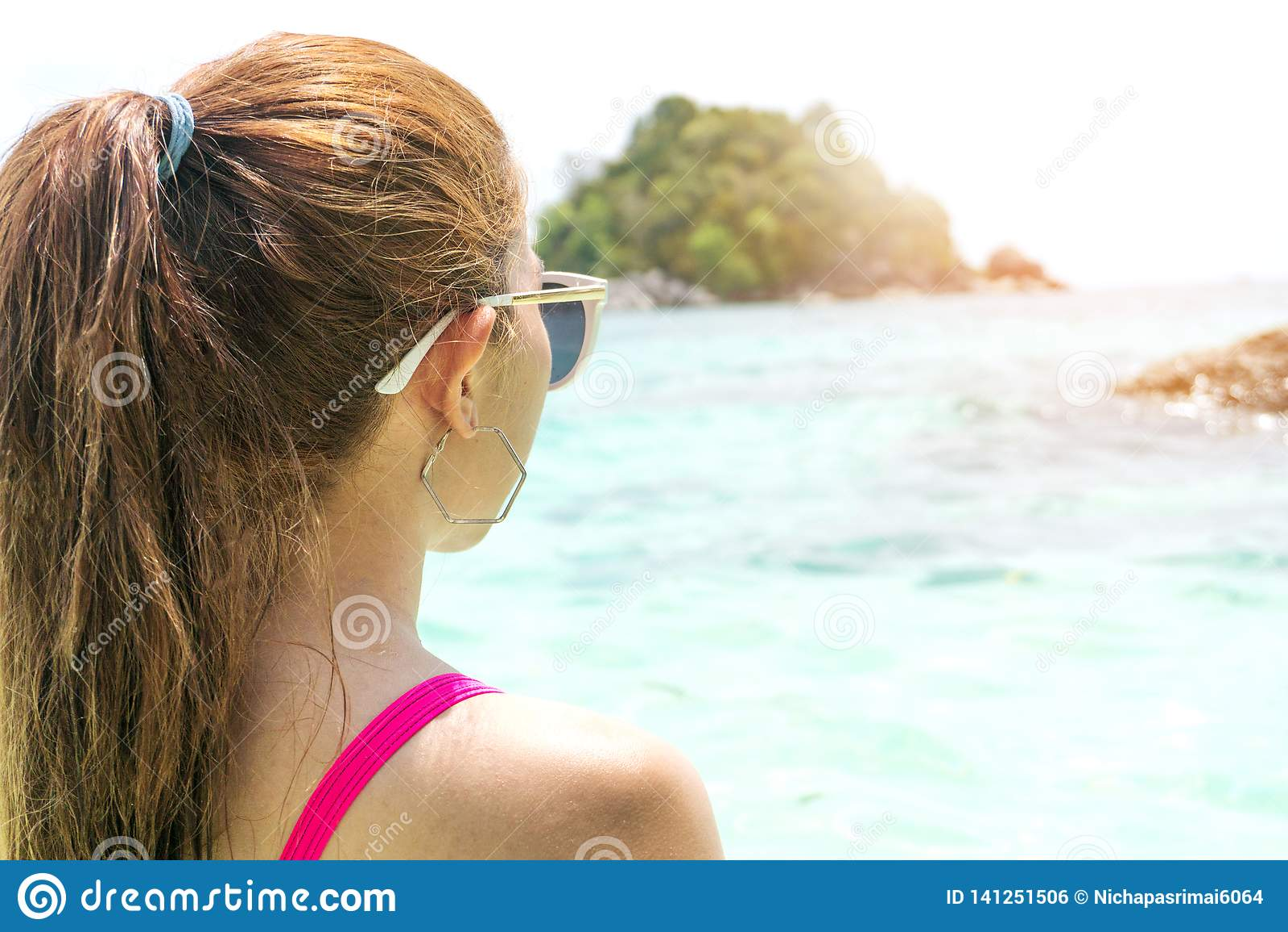Sommer-Strandurlaub-Frau auf dem Strand in der Freizeit sich entspannen