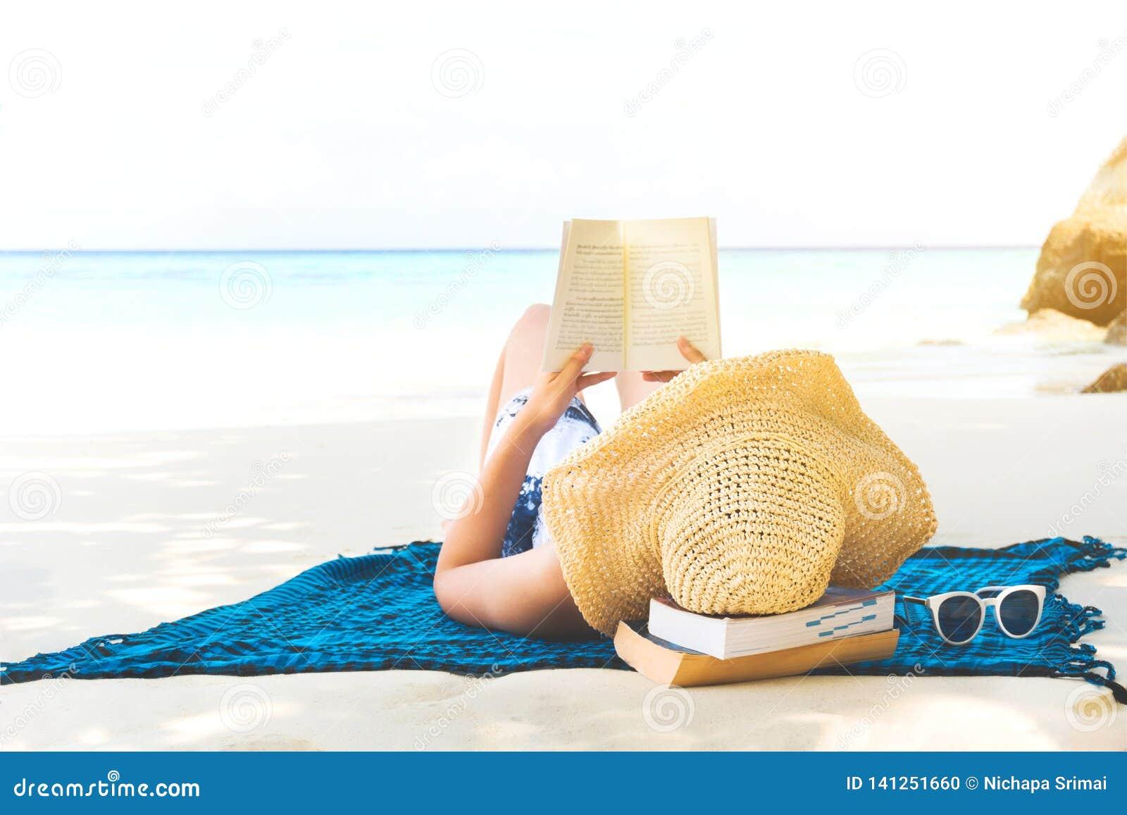 Sommer-Strandurlaub-Frau, die ein Buch auf dem Strand in der Freizeit liest