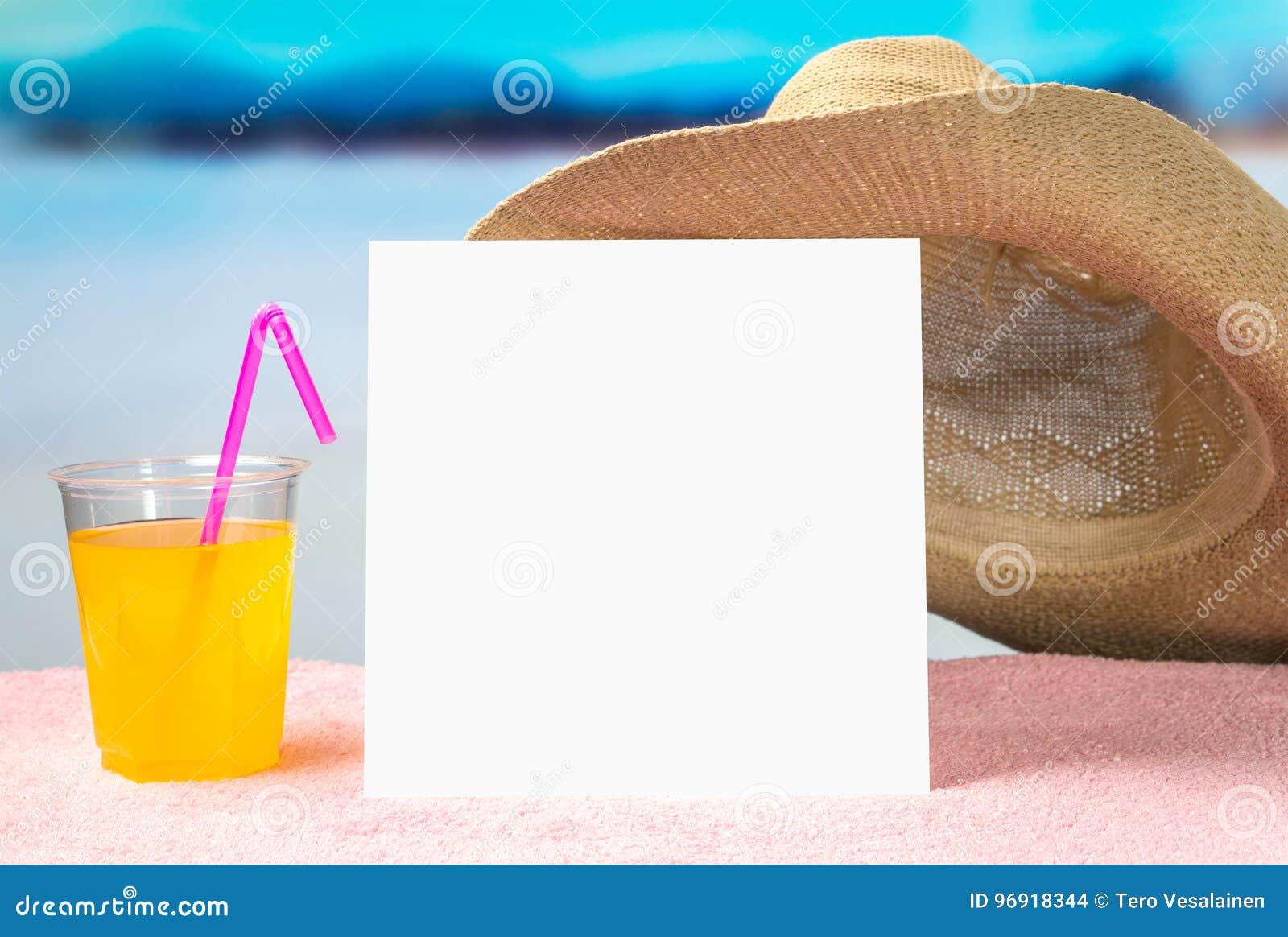 Sommerangebot-Hintergrundschablone für Förderung und Verkäufe Gelbes Cocktail und geströmter Hut auf Tuch mit schöner Paradiesans
