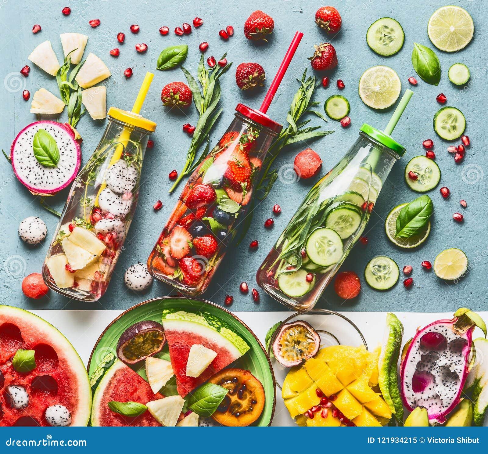 Sommerauffrischung und -extrakosten, die hineingegossenes Wasser in den Flaschen mit Bestandteilen, Draufsicht hydratisieren