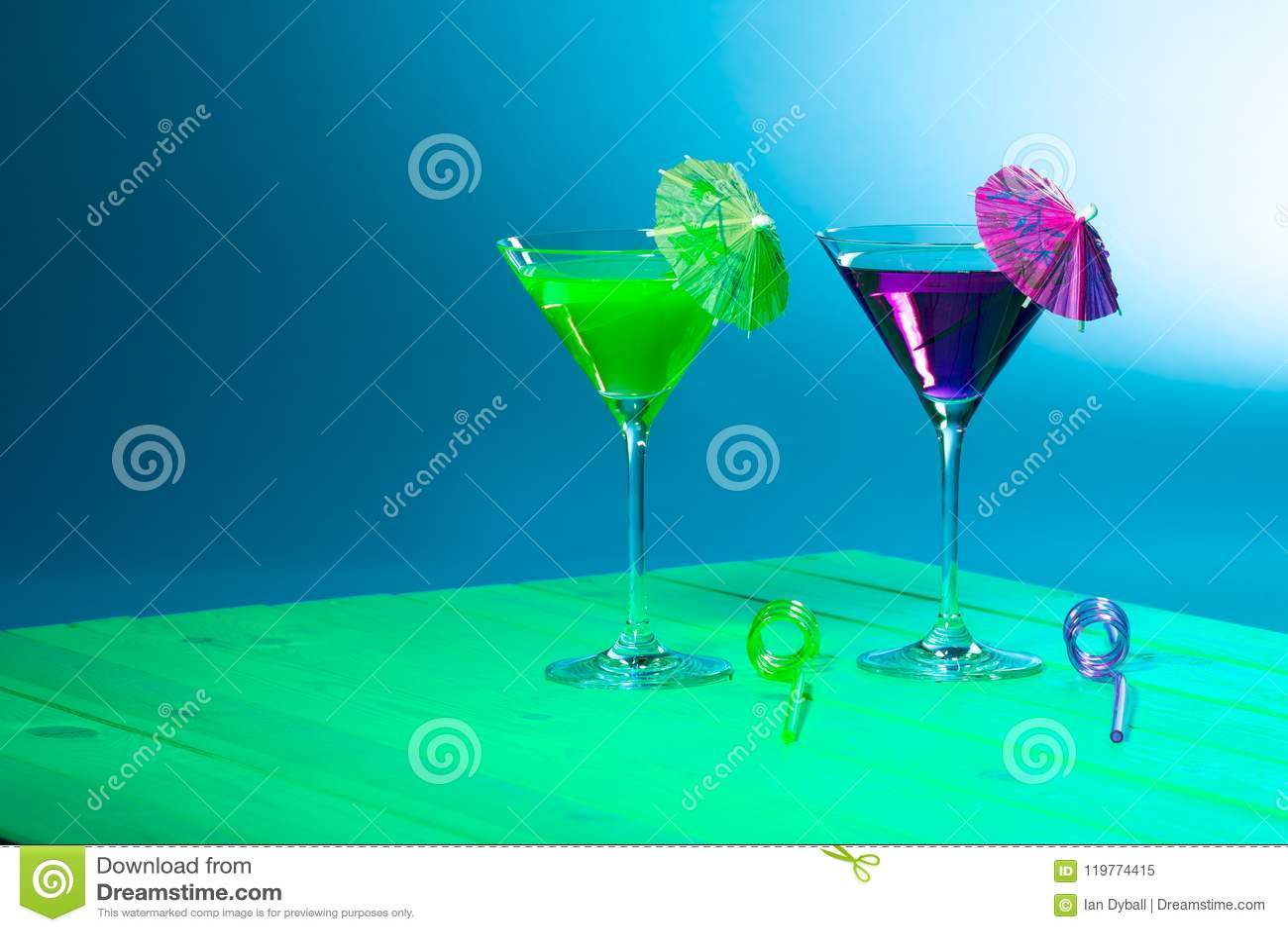 Sommerferien-Strandfestalkohol Grünes und purpurrotes Cocktail d