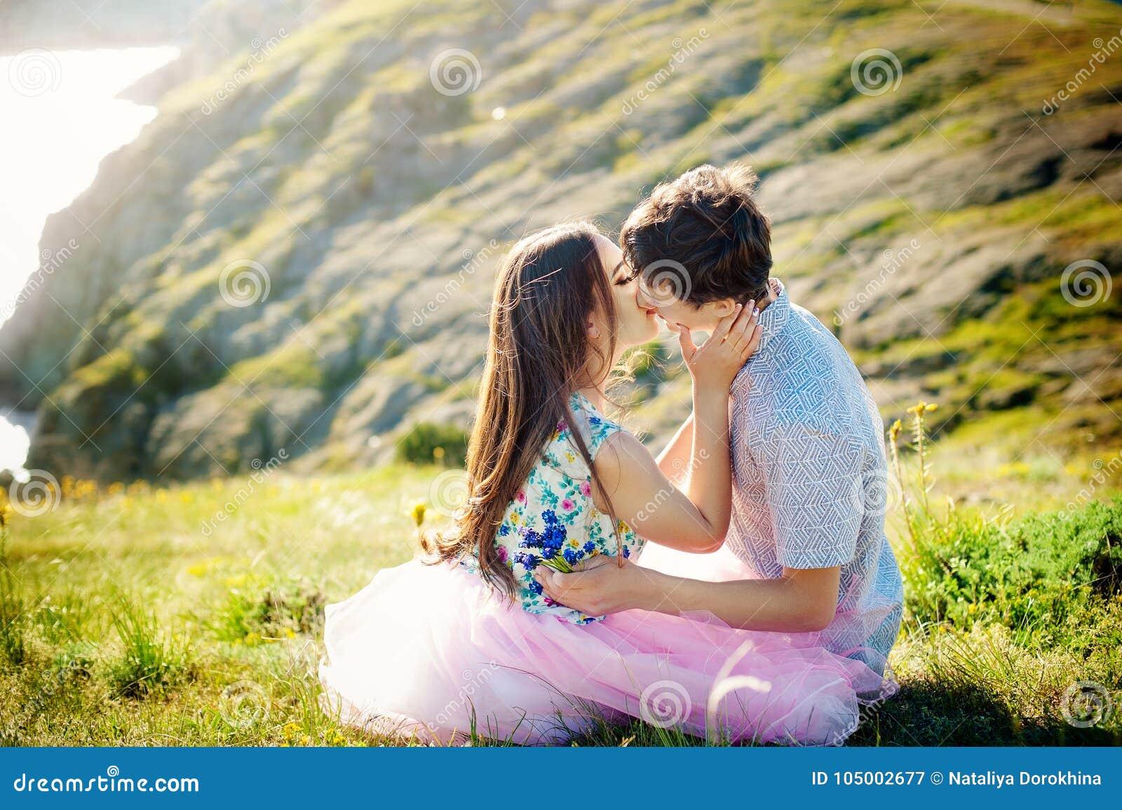 Sommerferienliebesbeziehung und Datierungskonzept - romantisches spielerisches Paar, das auf Seeufer flirtet