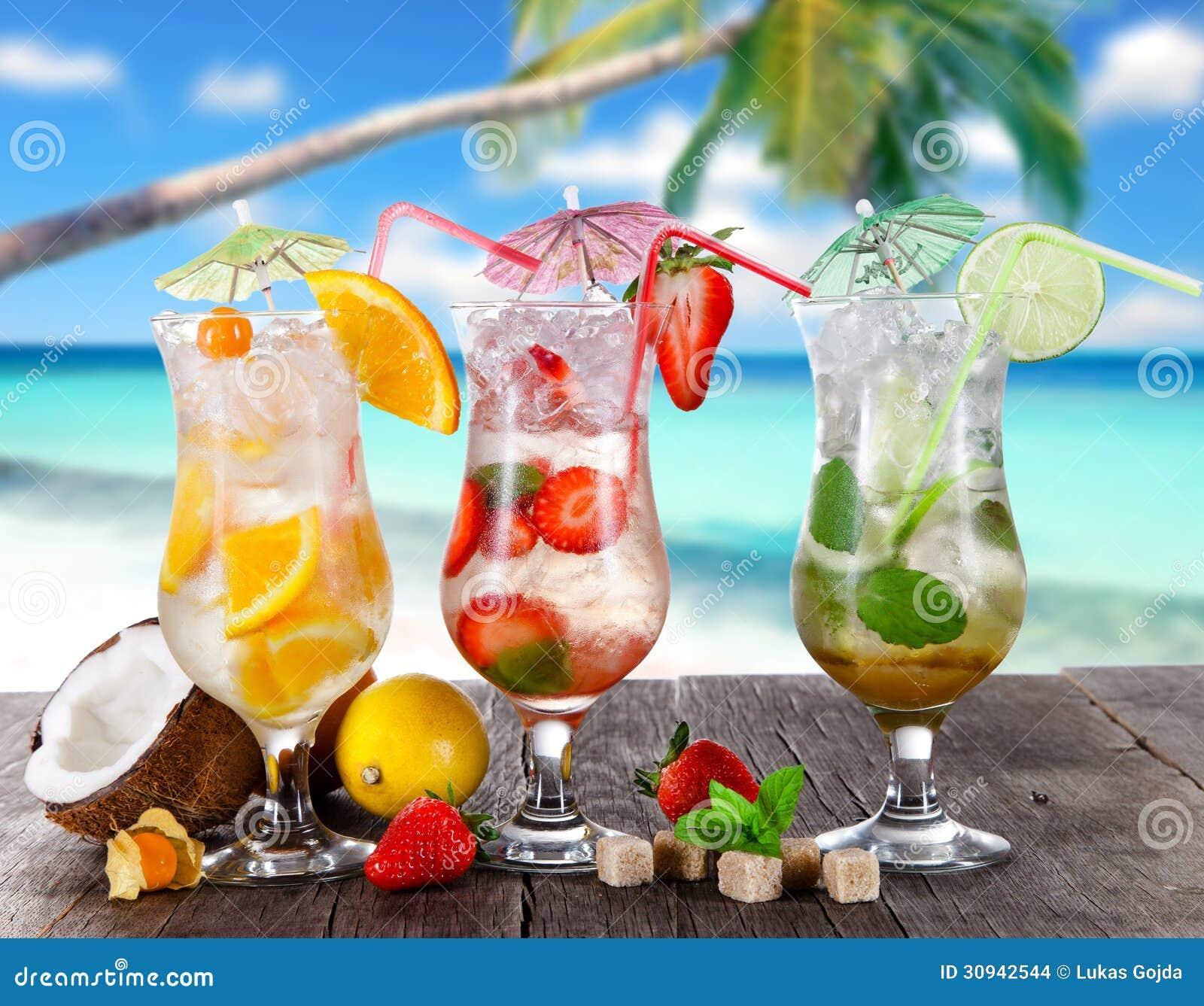 Sommergetränke Auf Dem Strand Stockfoto - Bild von kalt, palme: 30942544