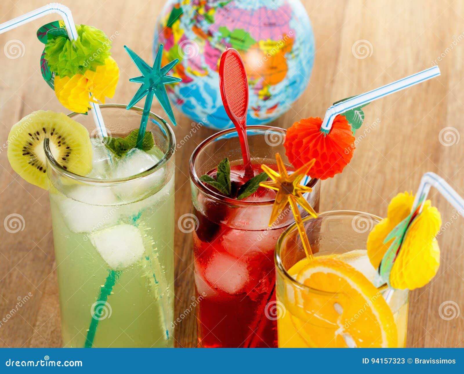 Sommergetränke, Cocktail Mit Eis, Saft Und Frucht Stockbild - Bild ...