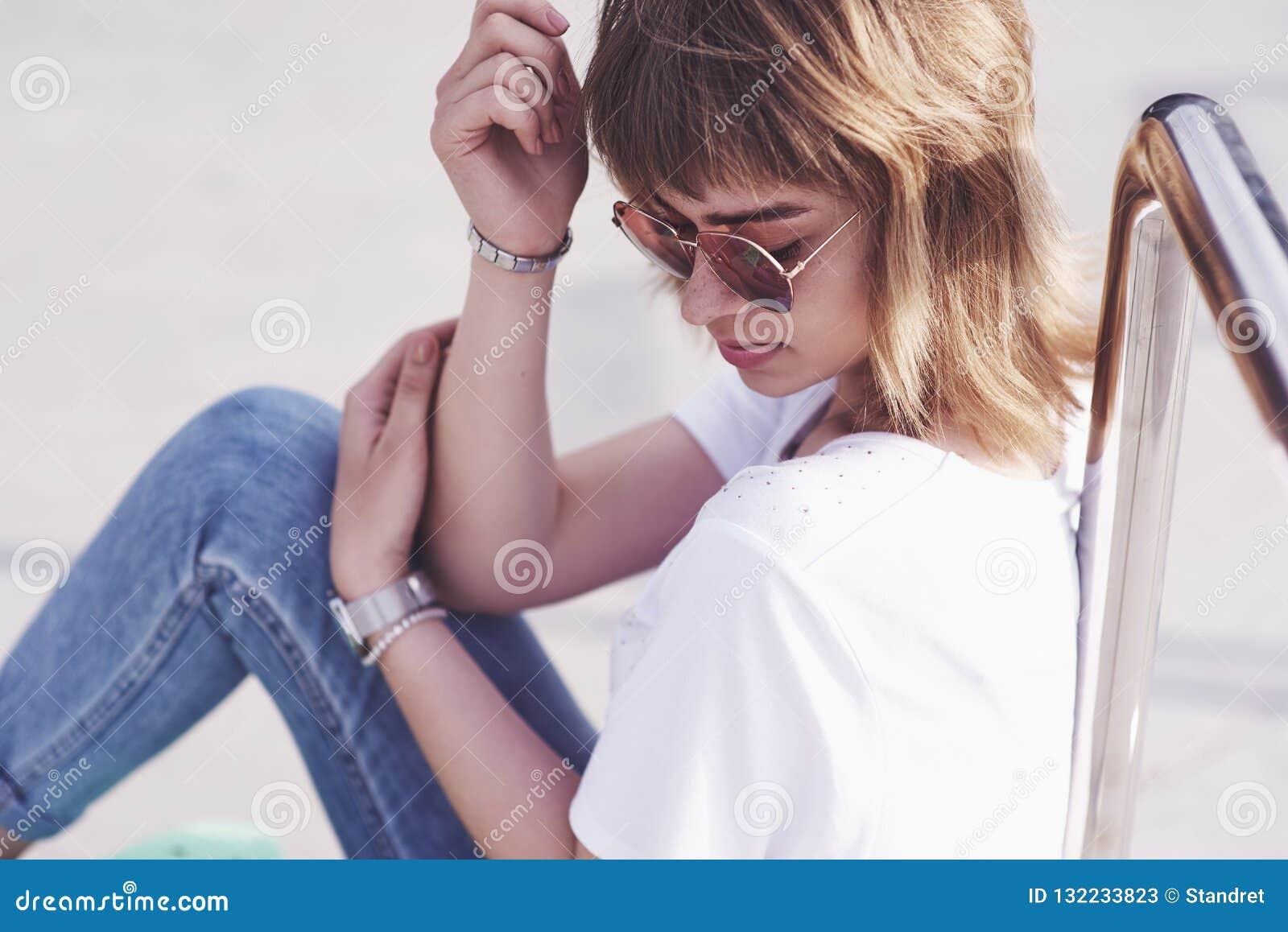 Sommerlebensstilbild im Freien der jungen hübschen Hippie-Frau, die Spaß hat Weiche sonnige Farben