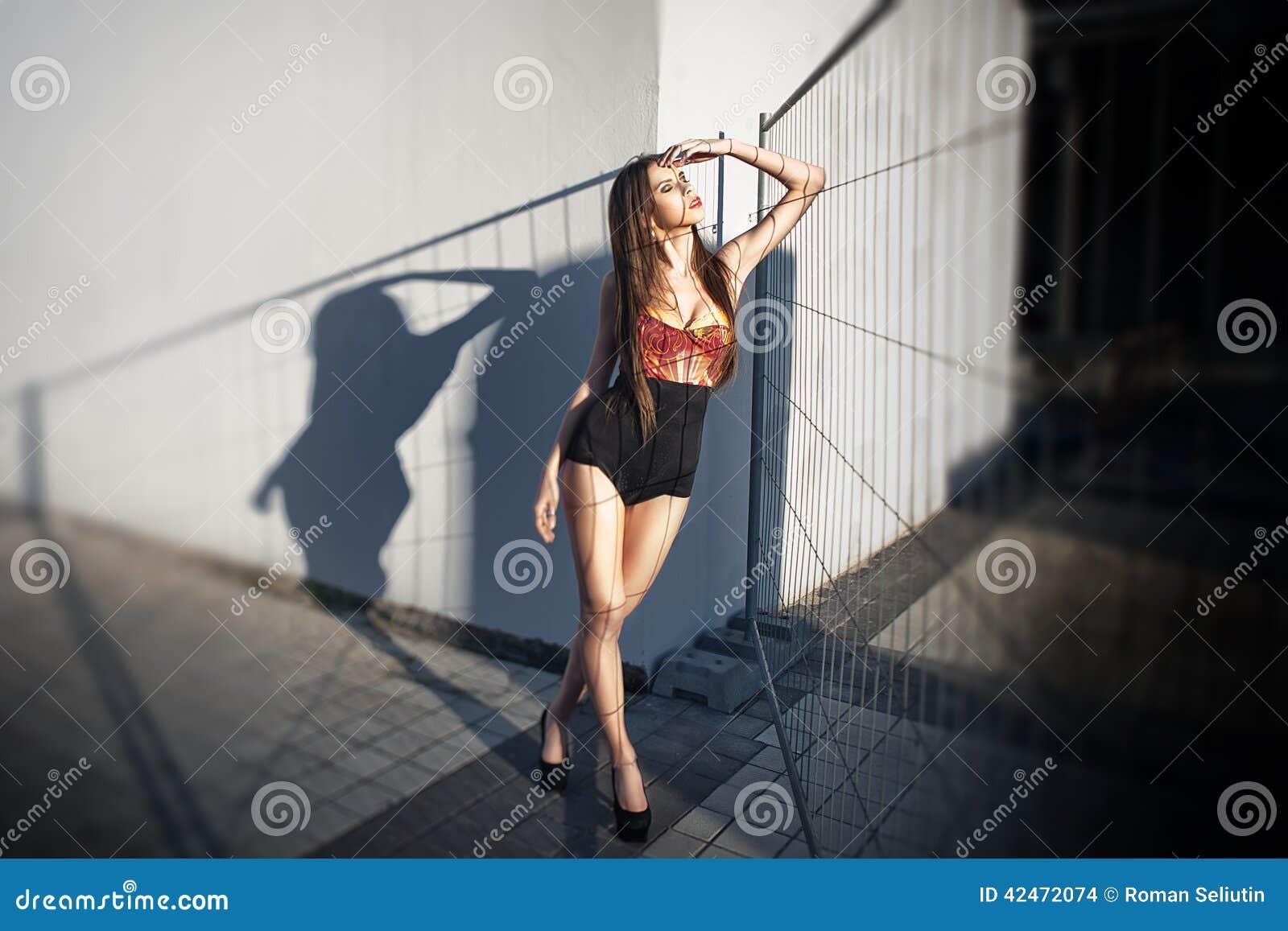 Sommerporträt im Freien netten Mädchens der Junge des recht