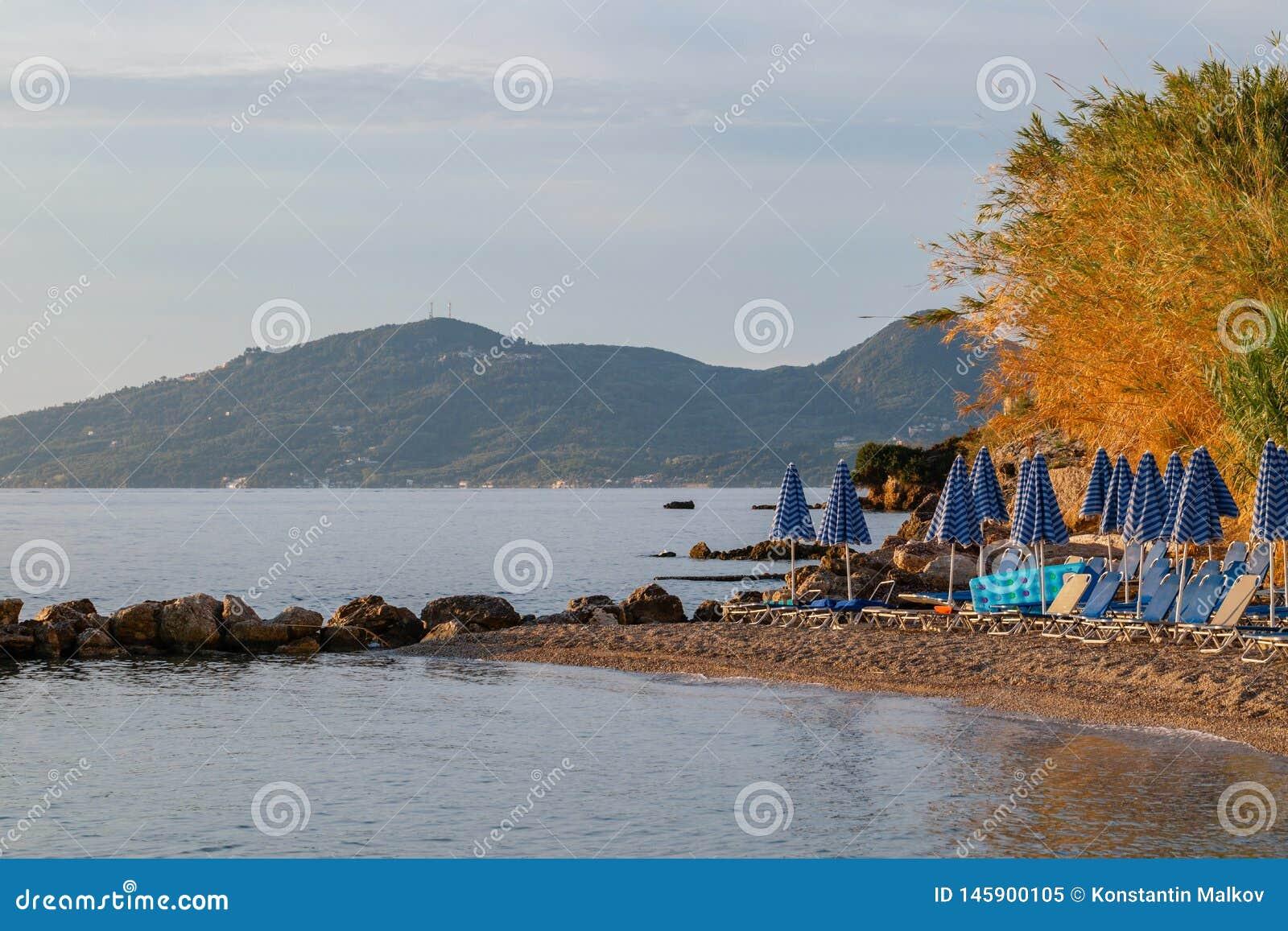 Sommersonnenaufgang Auf Kste, Korfu Insel, Griechenland Strand Mit Sunbeds Und Regenschirme Mit ...