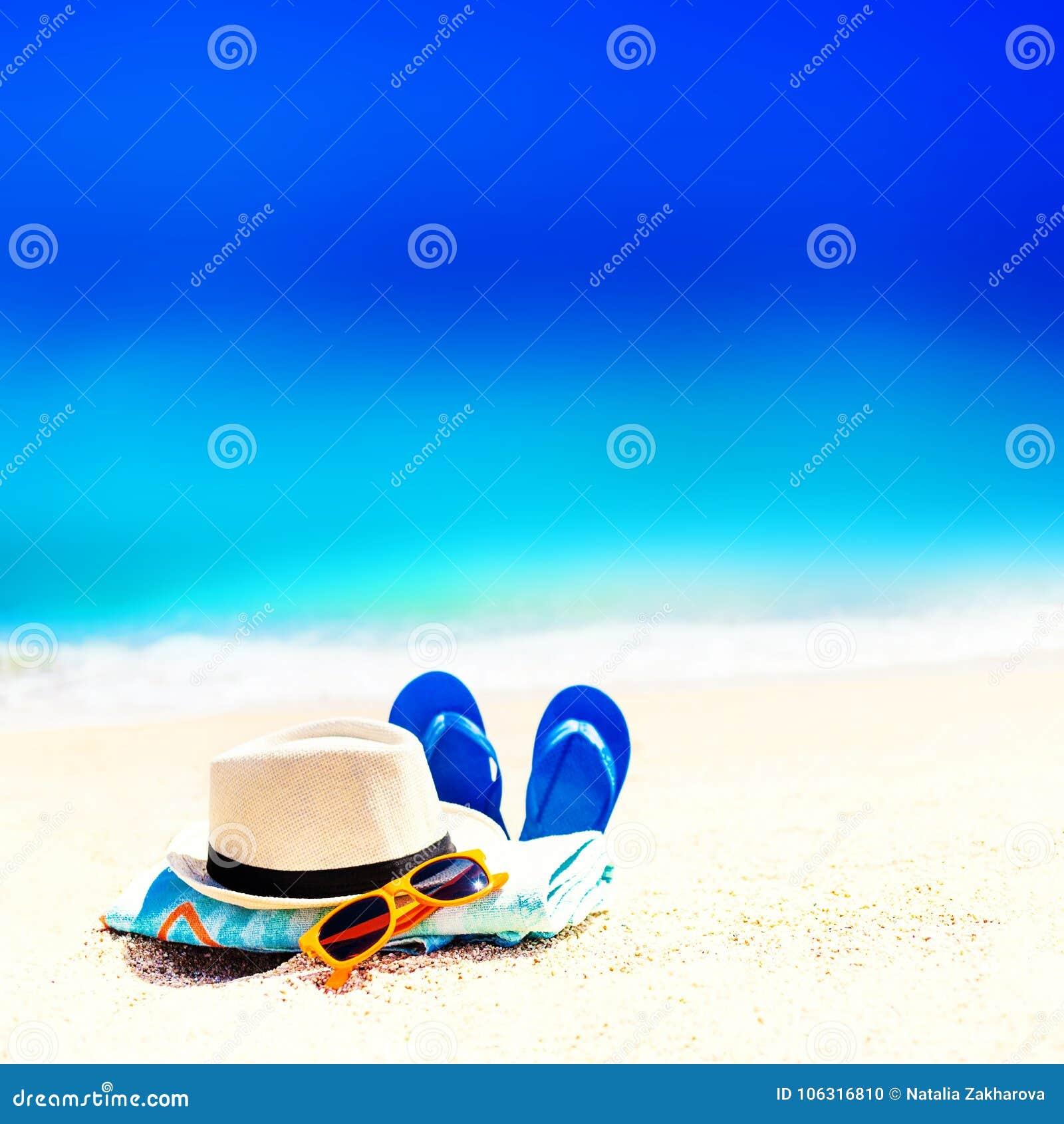 Sommerspaßzeit und -Zubehör auf einem Sand auf dem Strand Blauer sa