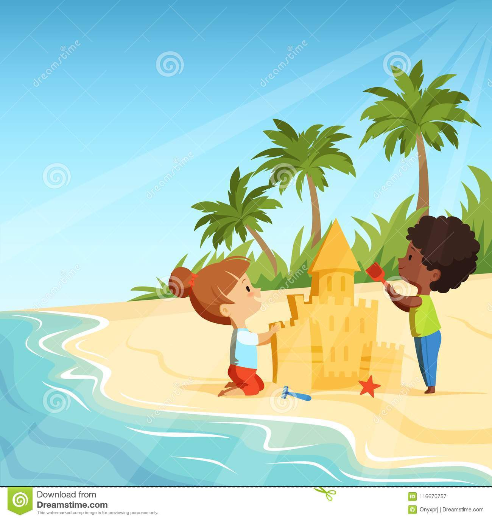 Sommerstrand und lustige glückliche Kinder, die mit Sandburg spielen
