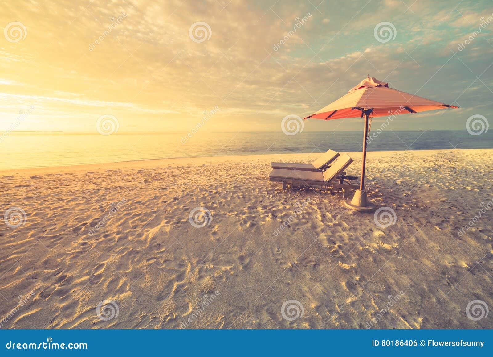 Sommerstrandtourismusferienurlaubsreise-Hintergrundkonzept Romantische Paare der entspannenden Familie des Glückes romantischen i