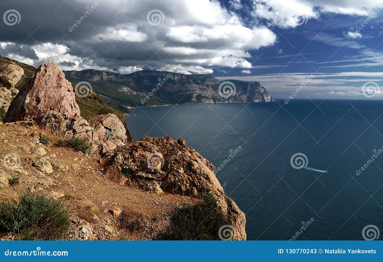 Sommertageslandschaft mit dem Meer und den Bergen Ukraine, Republik von Krim