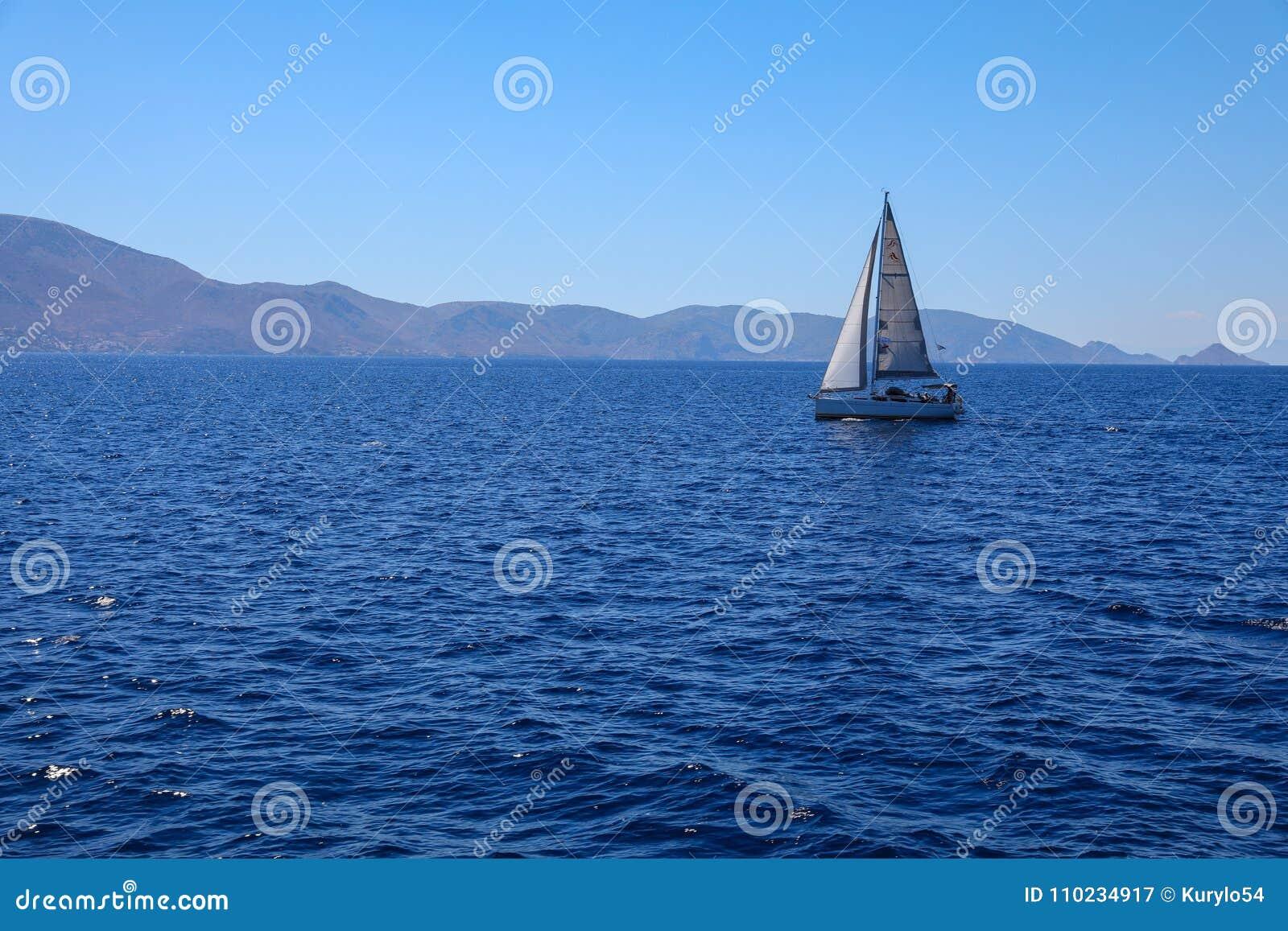 Sommertagessegelboot, das in Saronic-Golf, Griechenland kreuzt