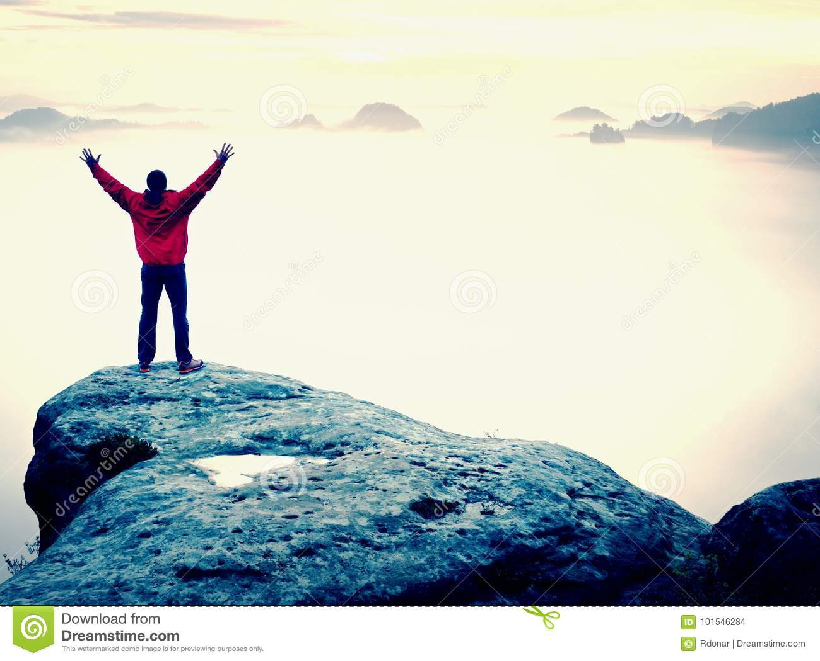 Sommet de montagne Bras augmentés par geste heureux d homme Randonneur drôle avec les mains augmentées dans le ciel