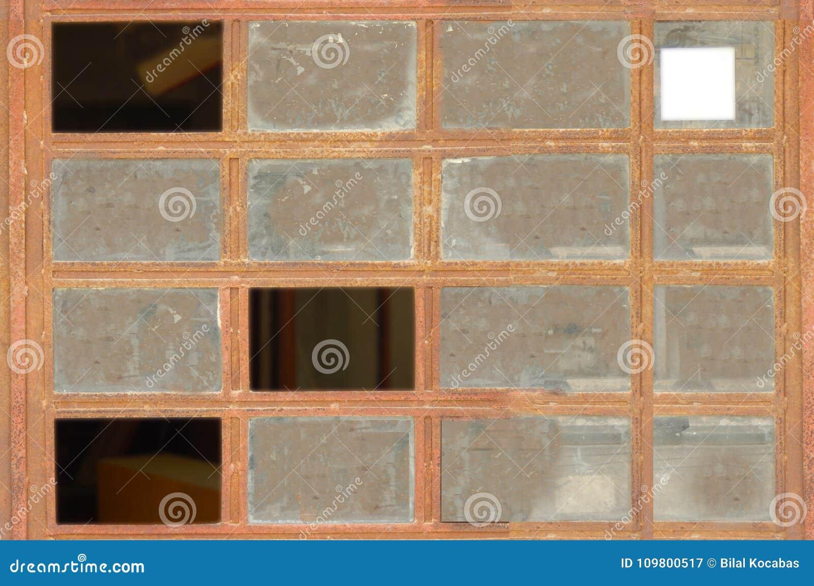 Sommige die glazen op bruin metaalvenster worden gebroken