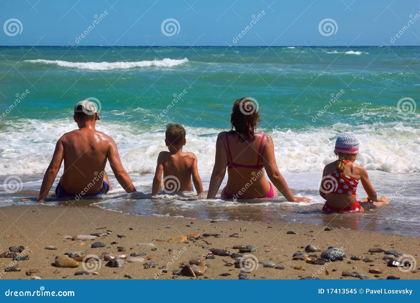 Son för moder för stranddotterfader sittande