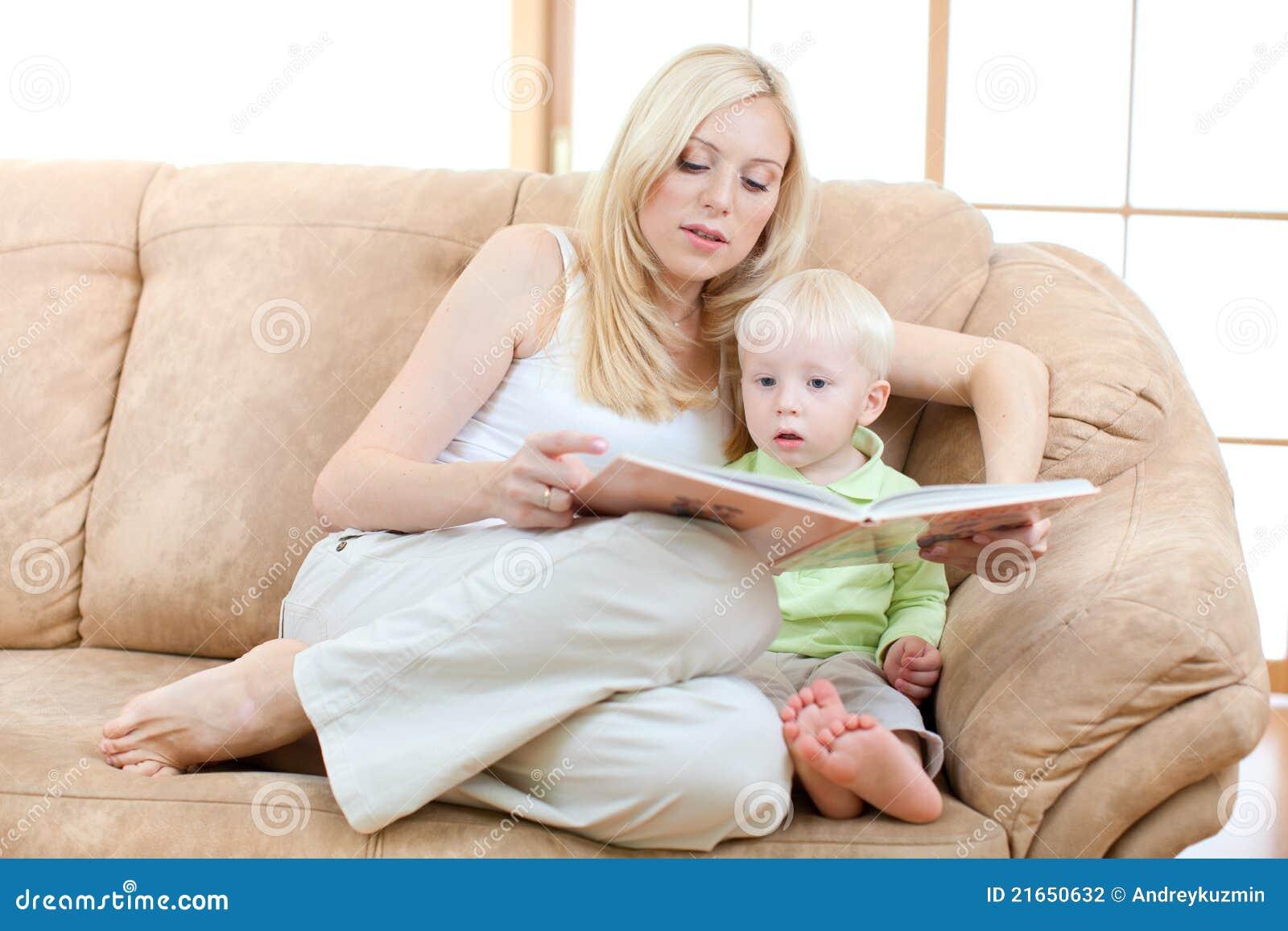 Сын с мамой на диване 3 фотография