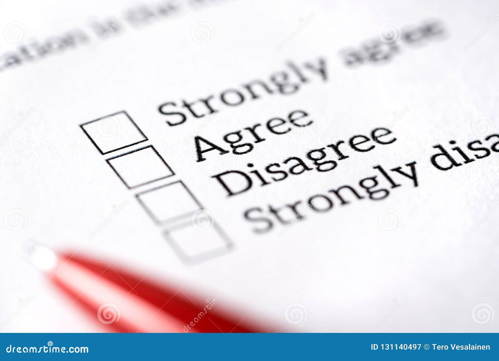 Sondage d opinion, enquête et concept de questionnaire Forme multiple remplissante de question de choise avec le papier et le sty
