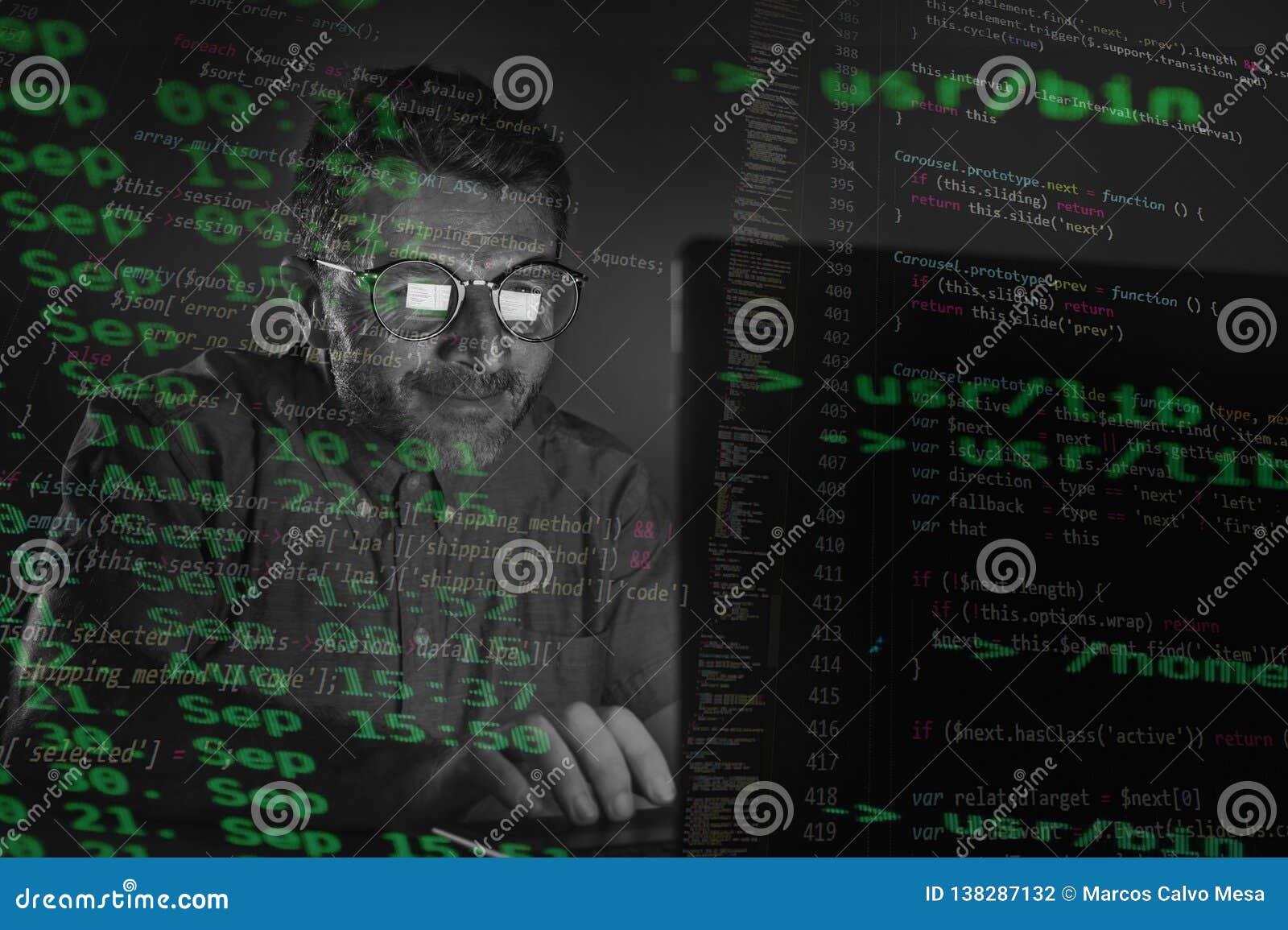 Sonderbarer sauberer und Sonderlingshackermann in den großen Gläsern, die Laptop-Computer System eingibt den gefährlichen Code Sp