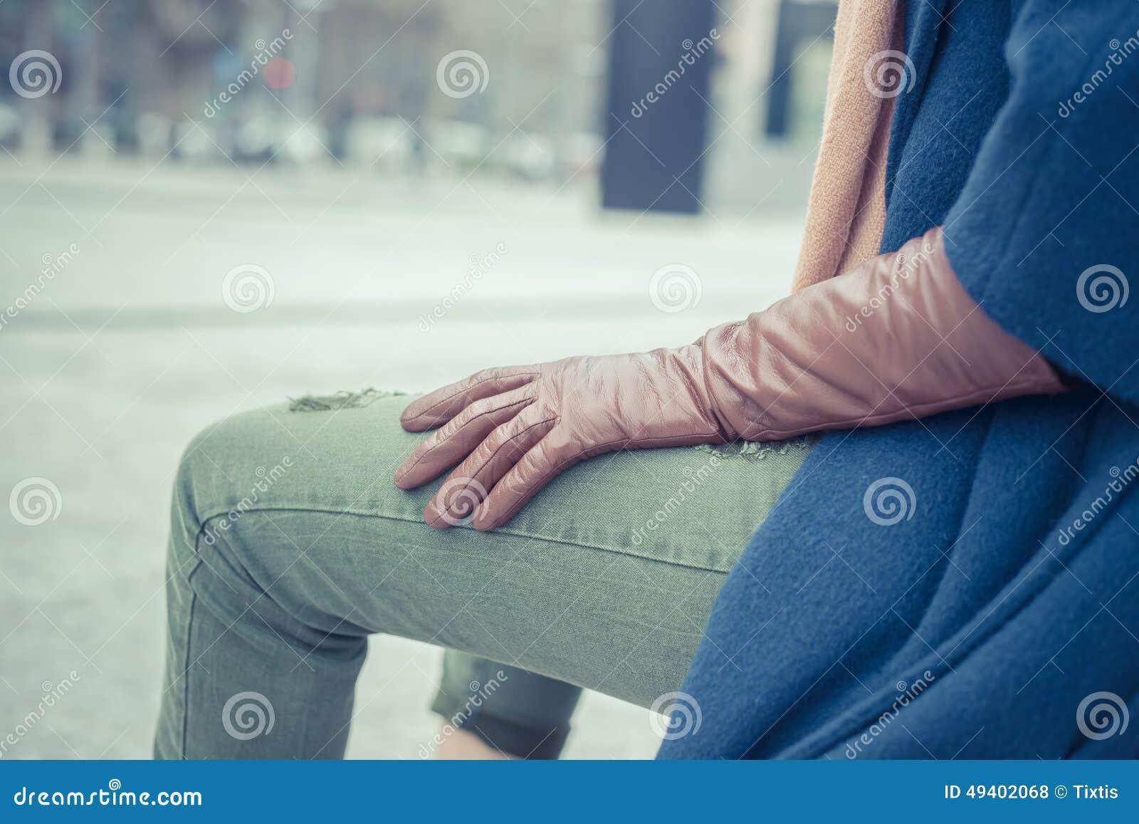 Download Sonderkommando Einer Frau, Die In Den Stadtstraßen Aufwirft Stockfoto - Bild von kleidung, kühl: 49402068