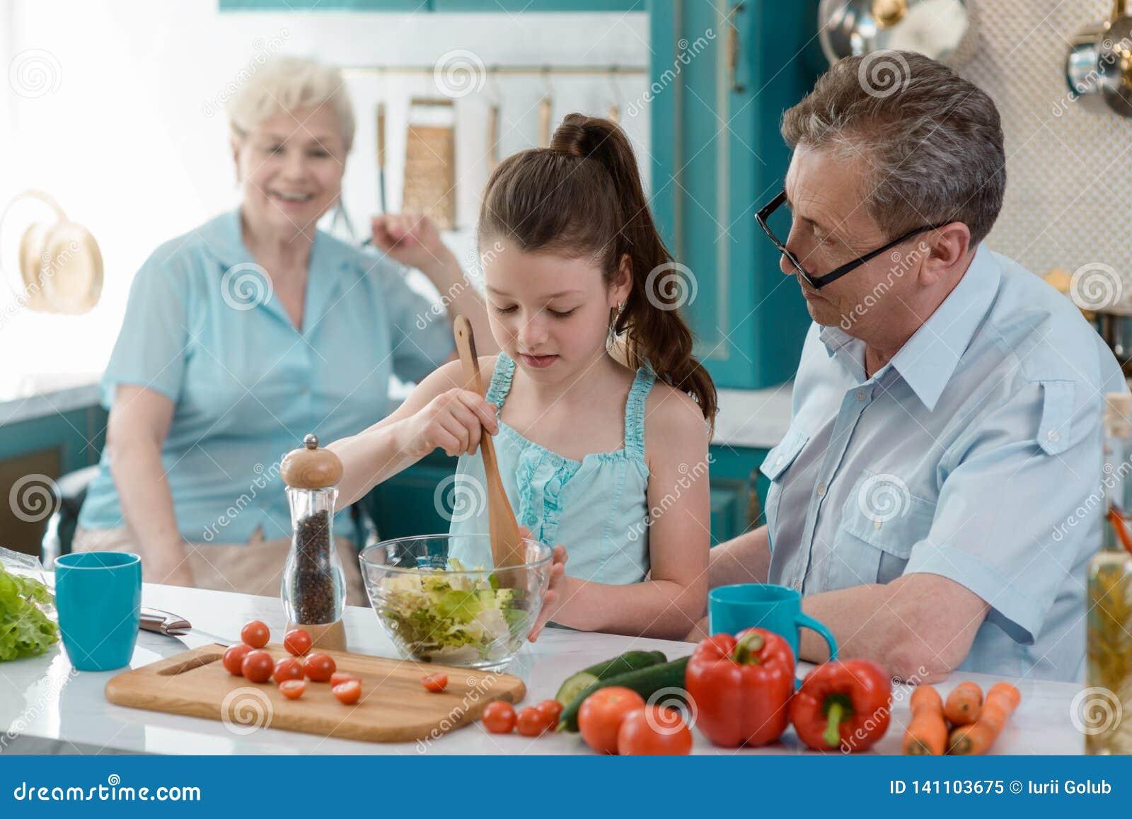 Sondotter som lagar mat sallad