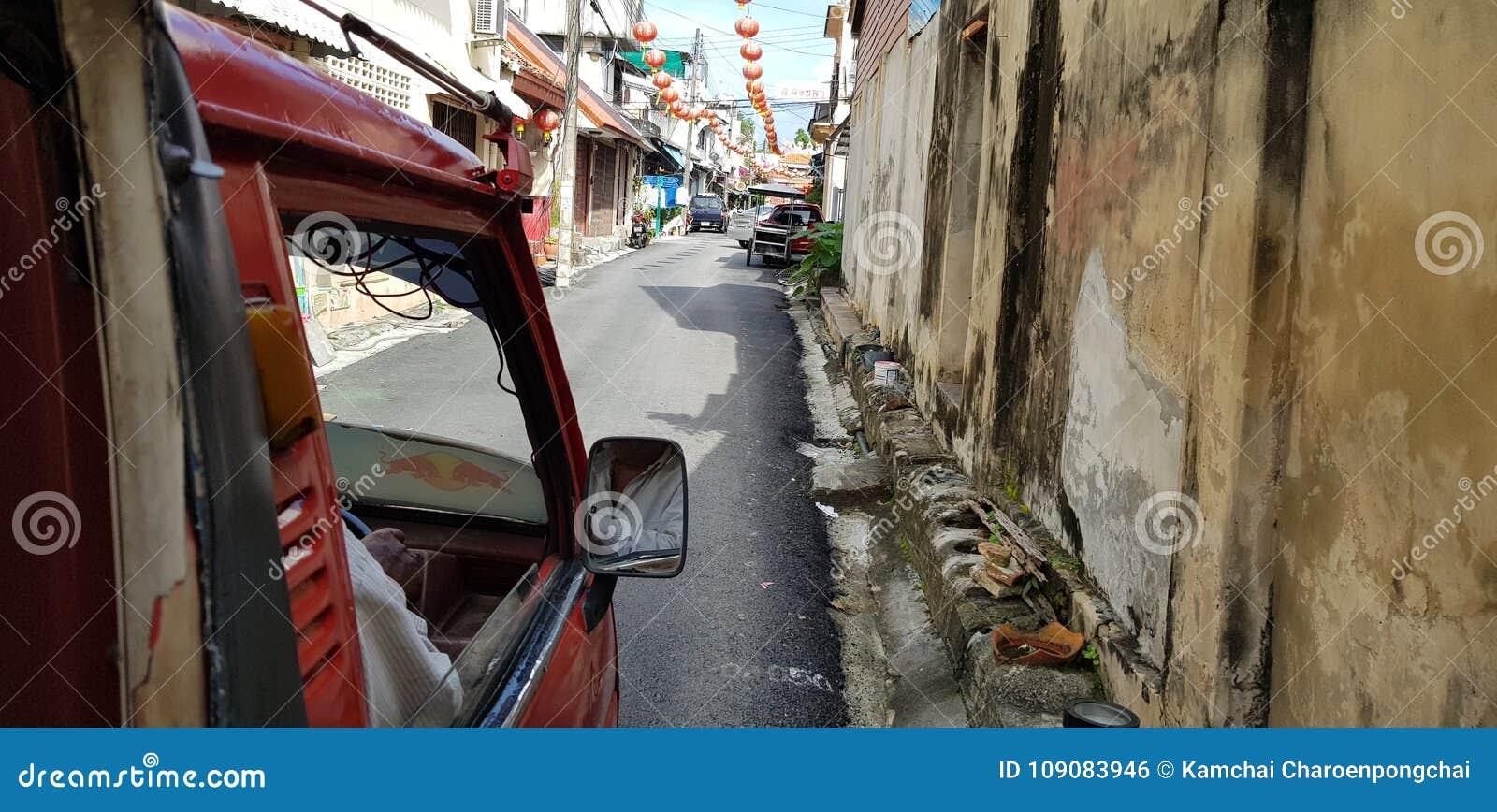 Songkla, Tailandia - enero 27, 2018: El mini taxi del camión condujo a través del callejón estrecho en ciudad vieja