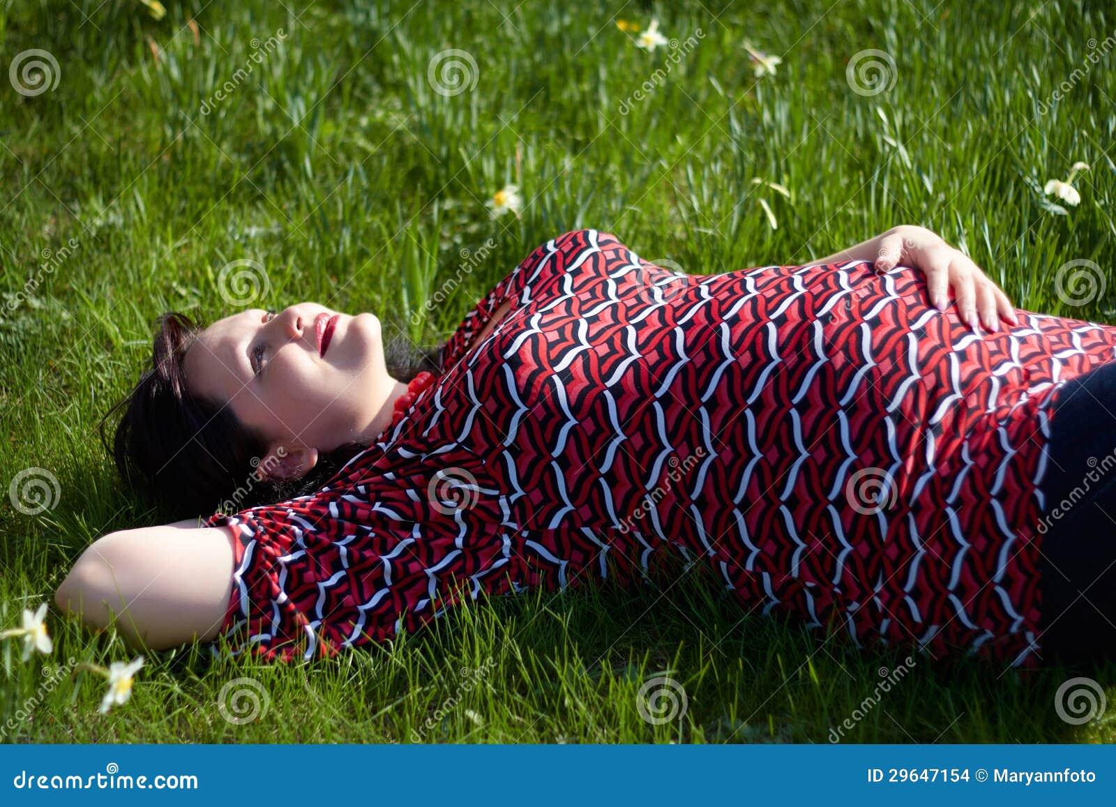 Sonhar a menina grávida encontra-se em uma grama