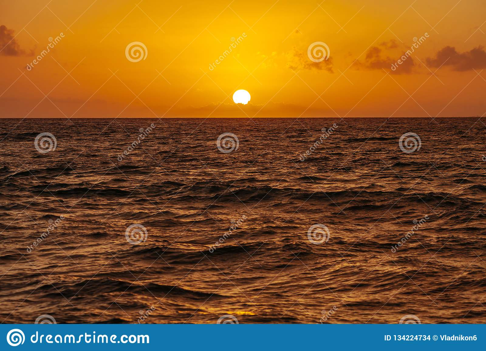 Sonnenaufgang über dem Ozean in Cancun mexiko