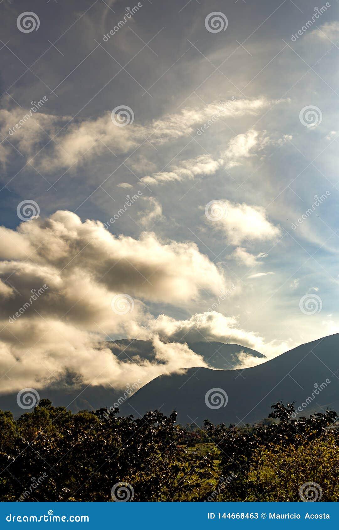Sonnenaufgang über den Andenbergen