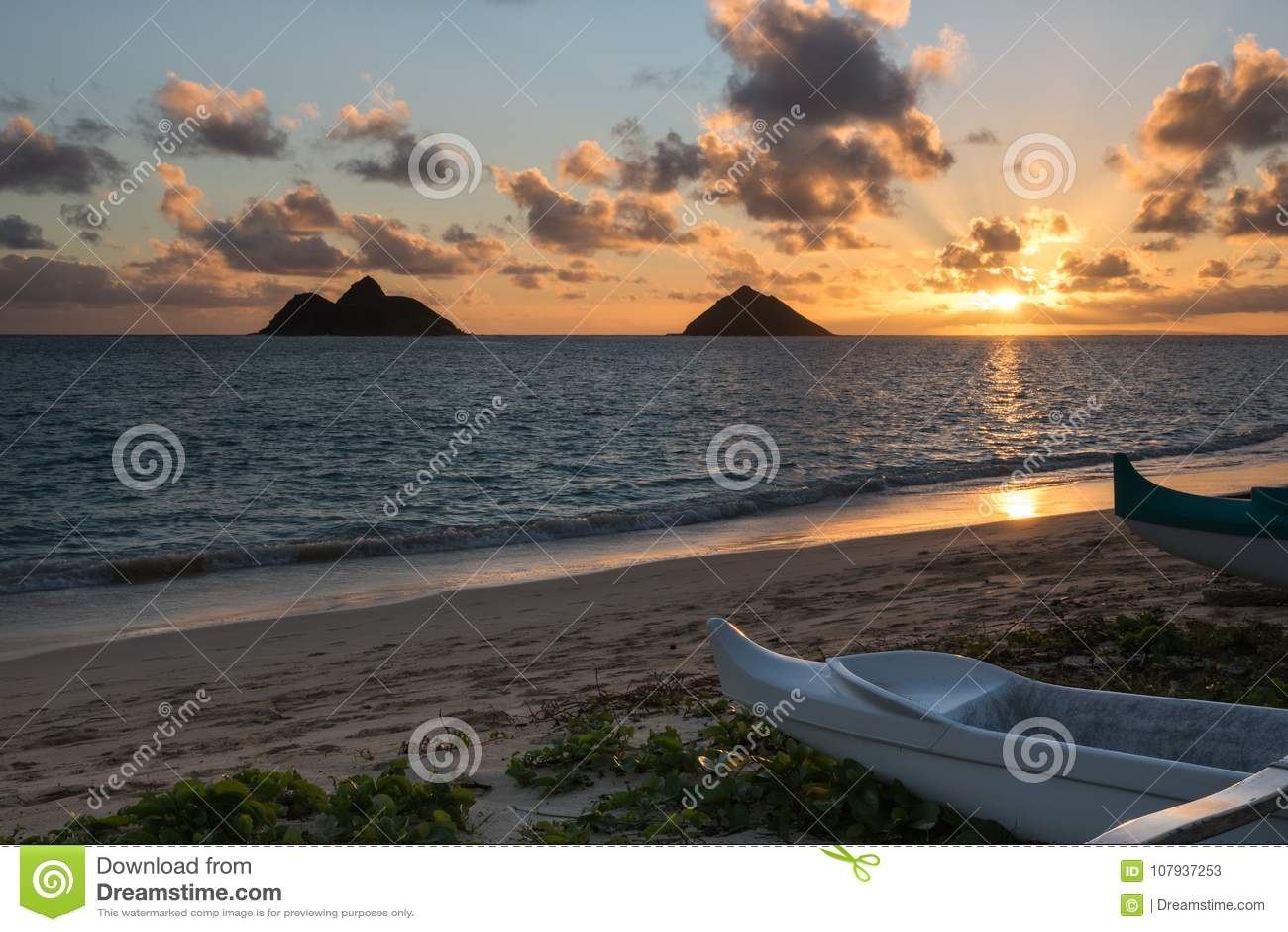 Sonnenaufgang über den Mokulua-Inseln von Lanikai-Strand