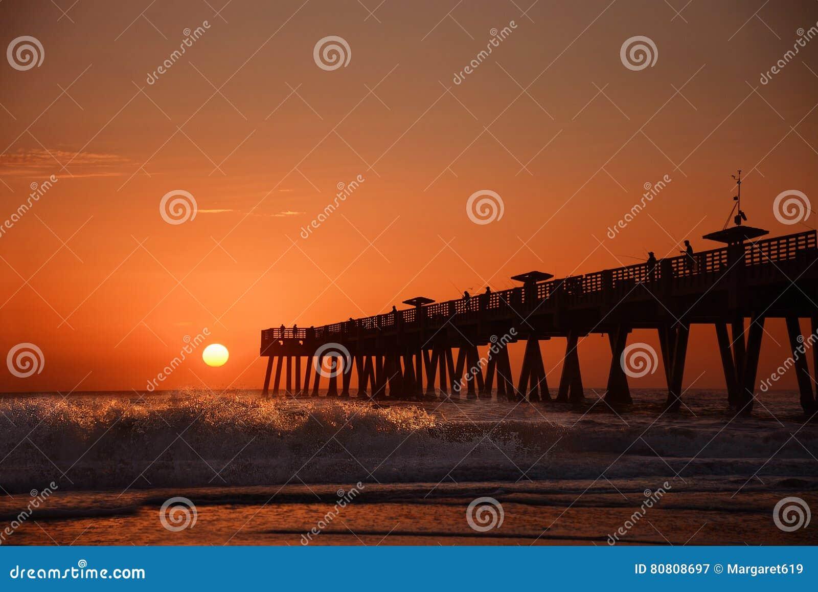 Sonnenaufgang über Horizont und Fischenpier