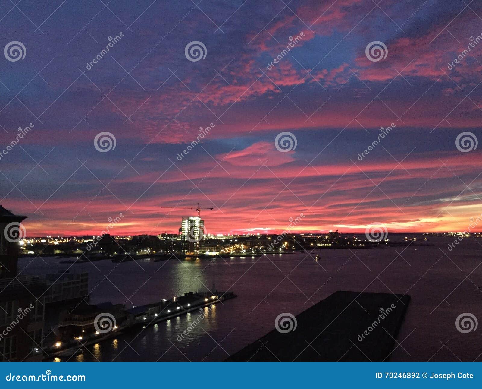 Sonnenaufgang über Logan Airport