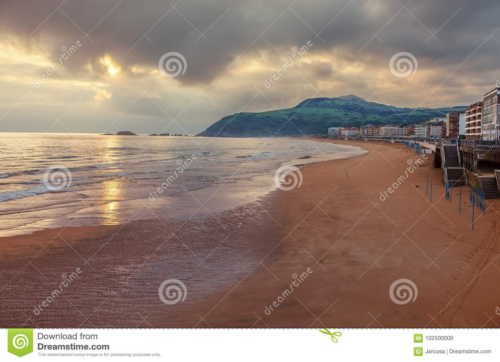 Sonnenaufgang auf dem Strand von Zarautz, Baskenland, Weise des St.