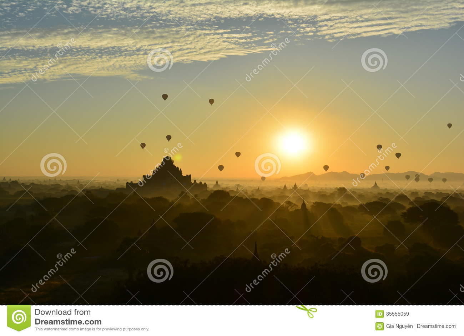 Sonnenaufgang in Bagan, an Shwesandaw-Pagode
