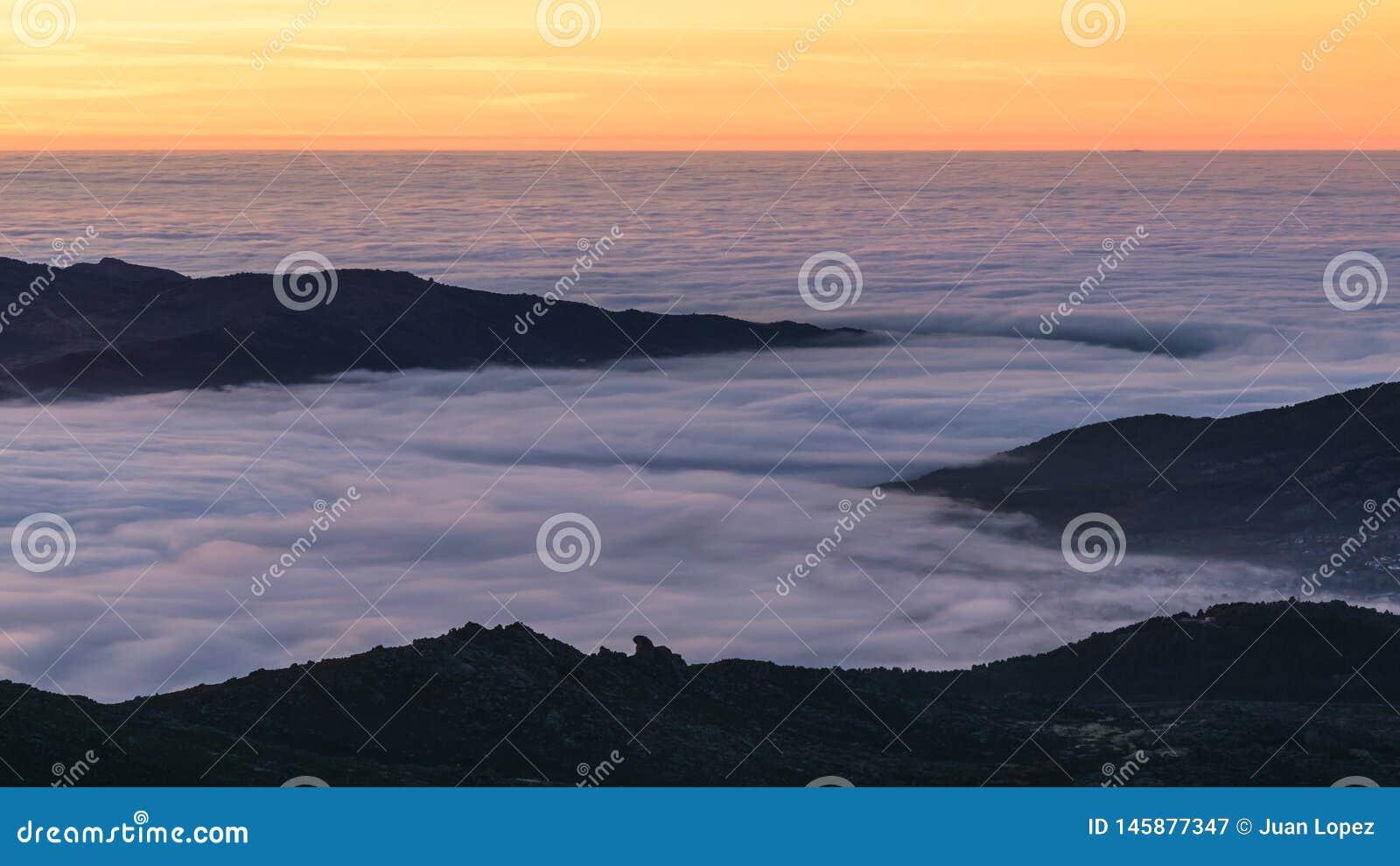 Sonnenaufgang ?ber dem Nebel